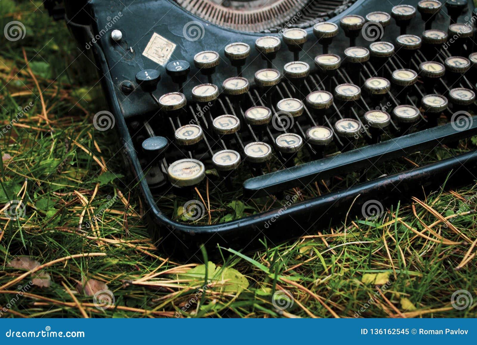 Máquina de escrever alemão antiga do vintage velho