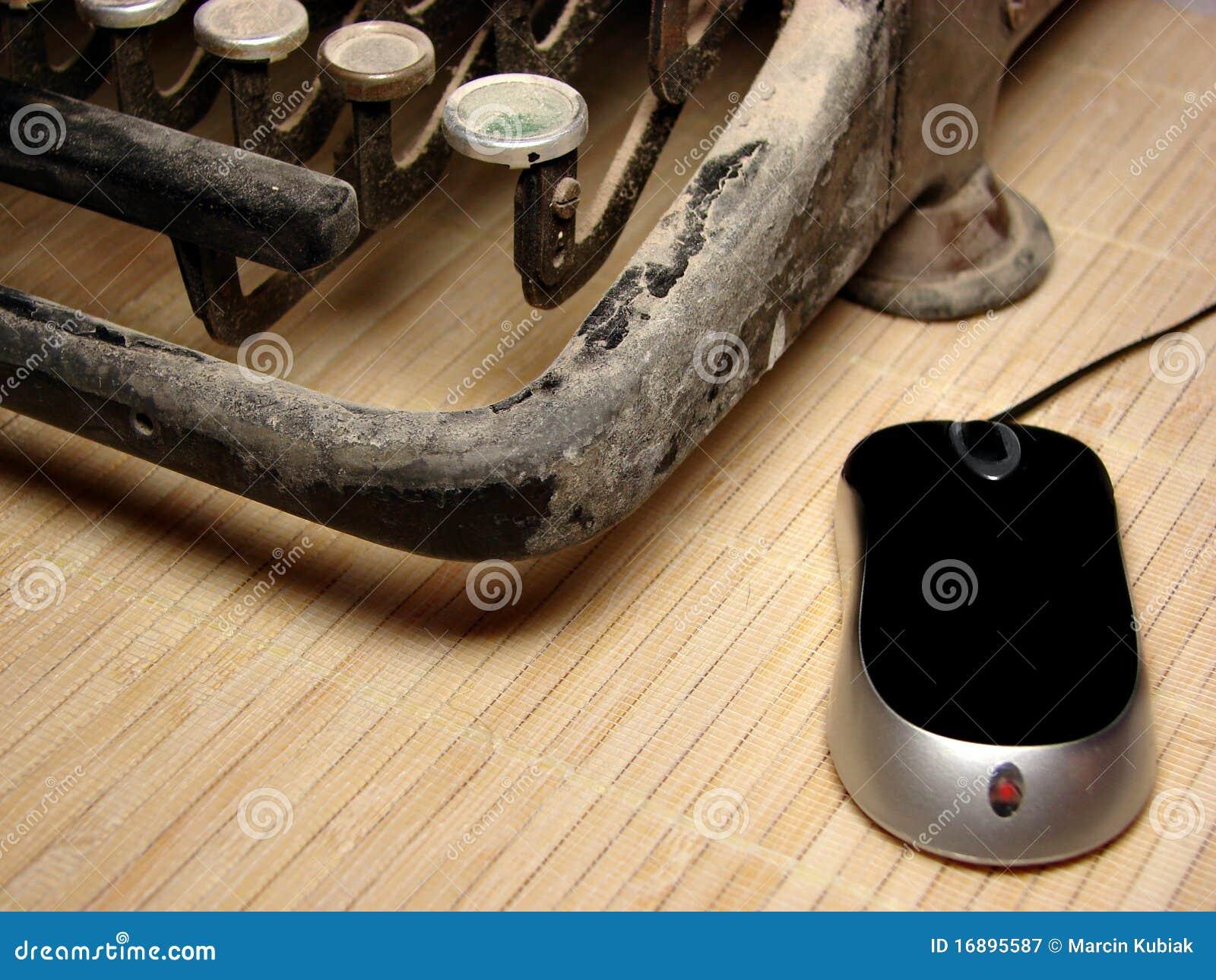 Máquina de escribir oscura vieja con el ratón moderno