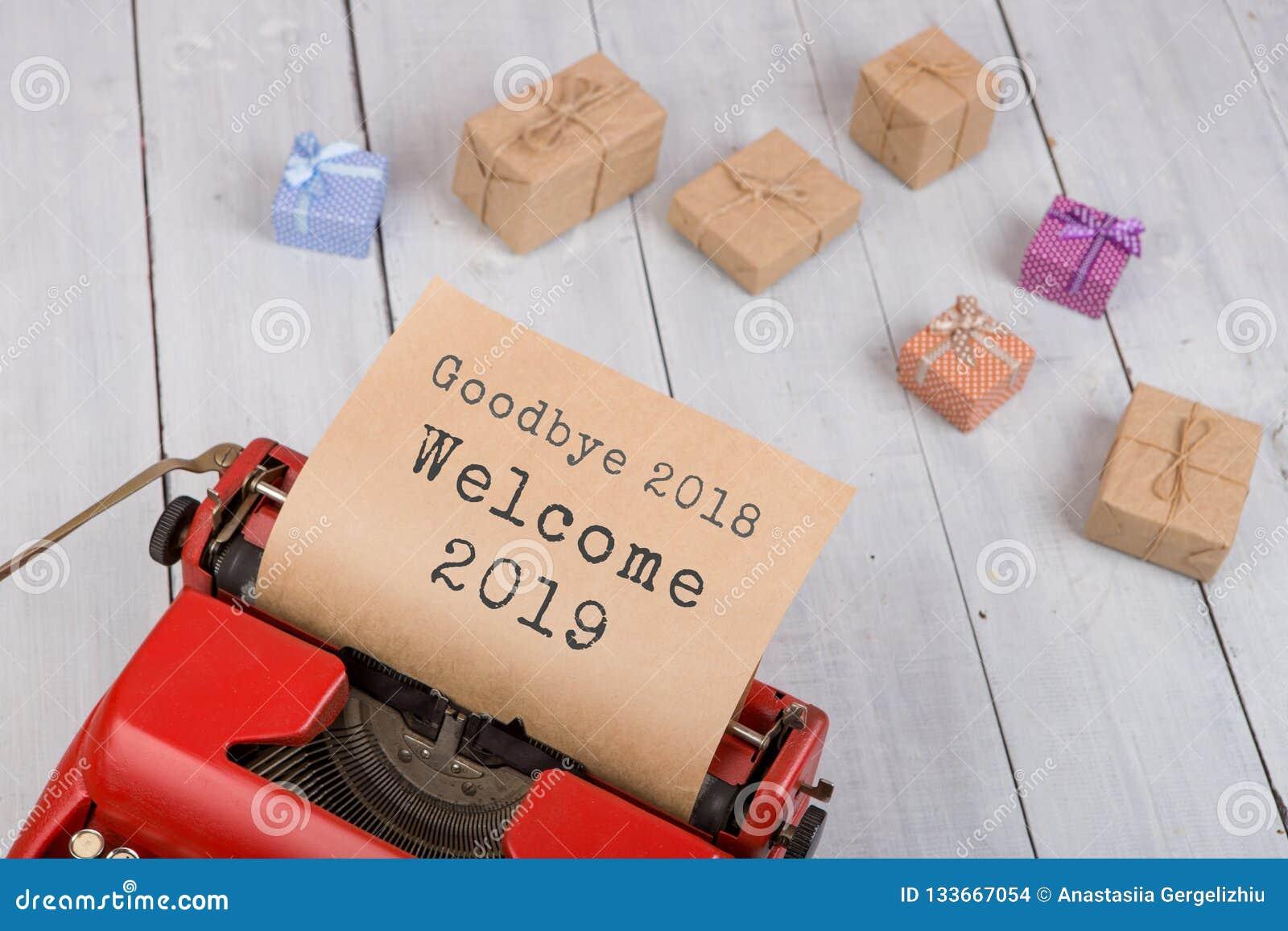 Máquina de escribir roja con la recepción 2018 2019 del texto 'adiós ', cajas de regalo