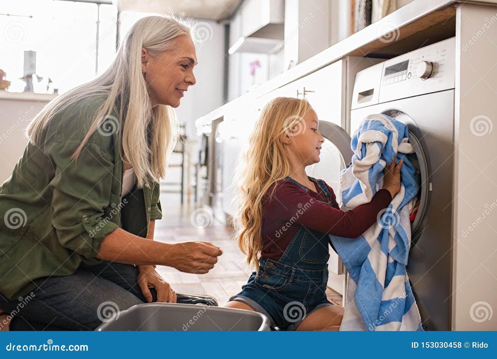 Máquina de lavar de carregamento da menina