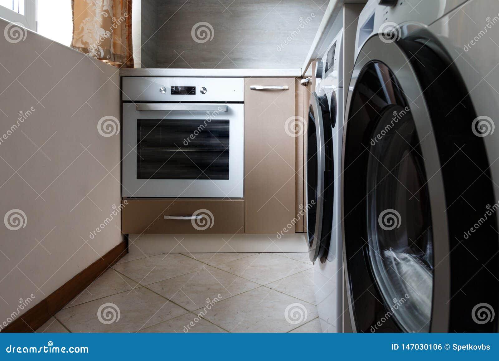 Máquina de lavar e forno na cozinha