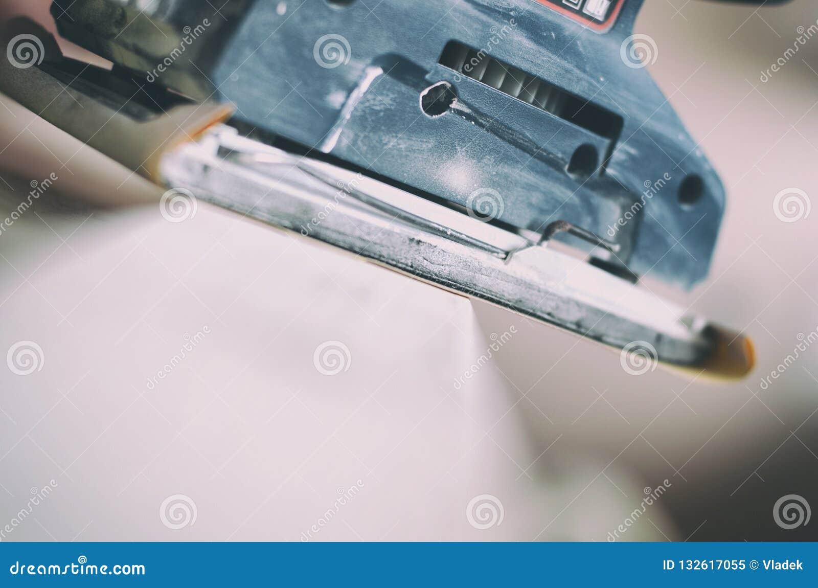 A máquina de lixar orbital no uso, porta velha de lixamento para um novo lambe da pintura