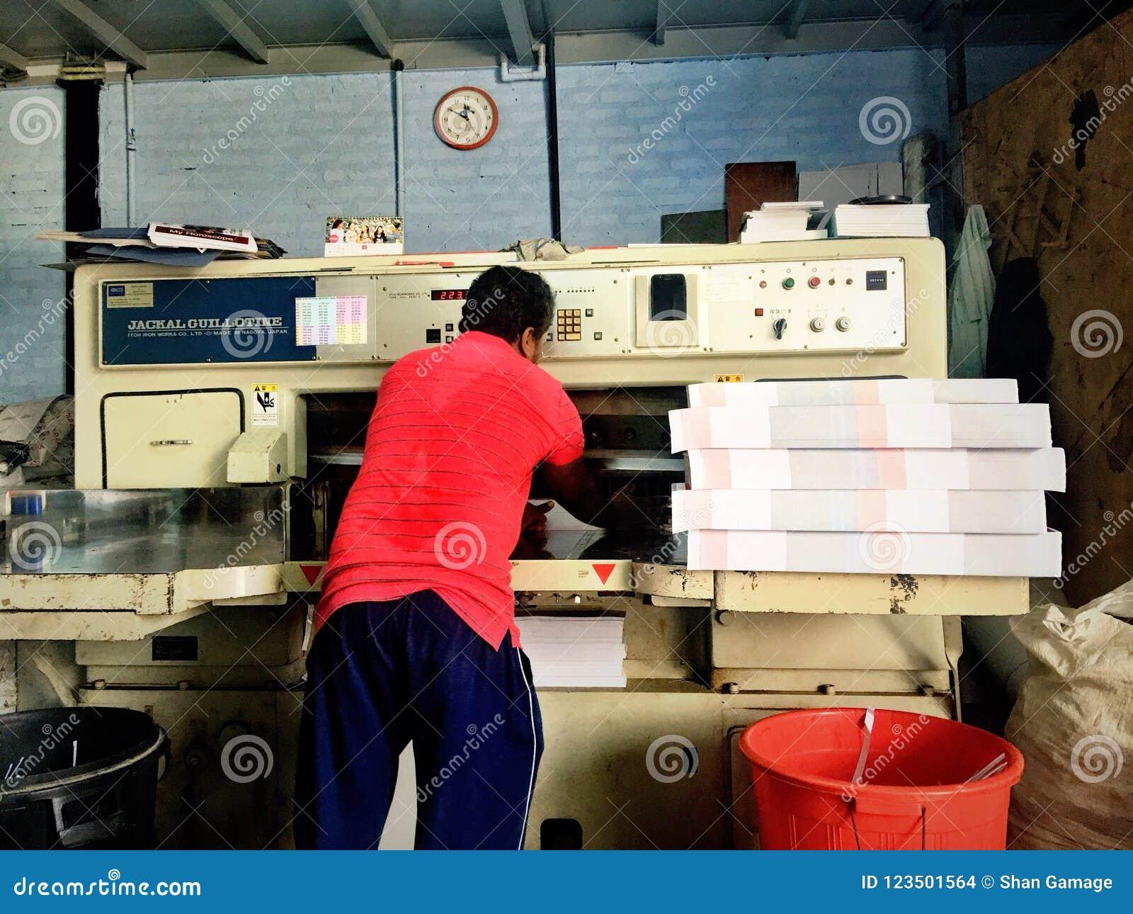 Máquina del cortador del documento de trabajo
