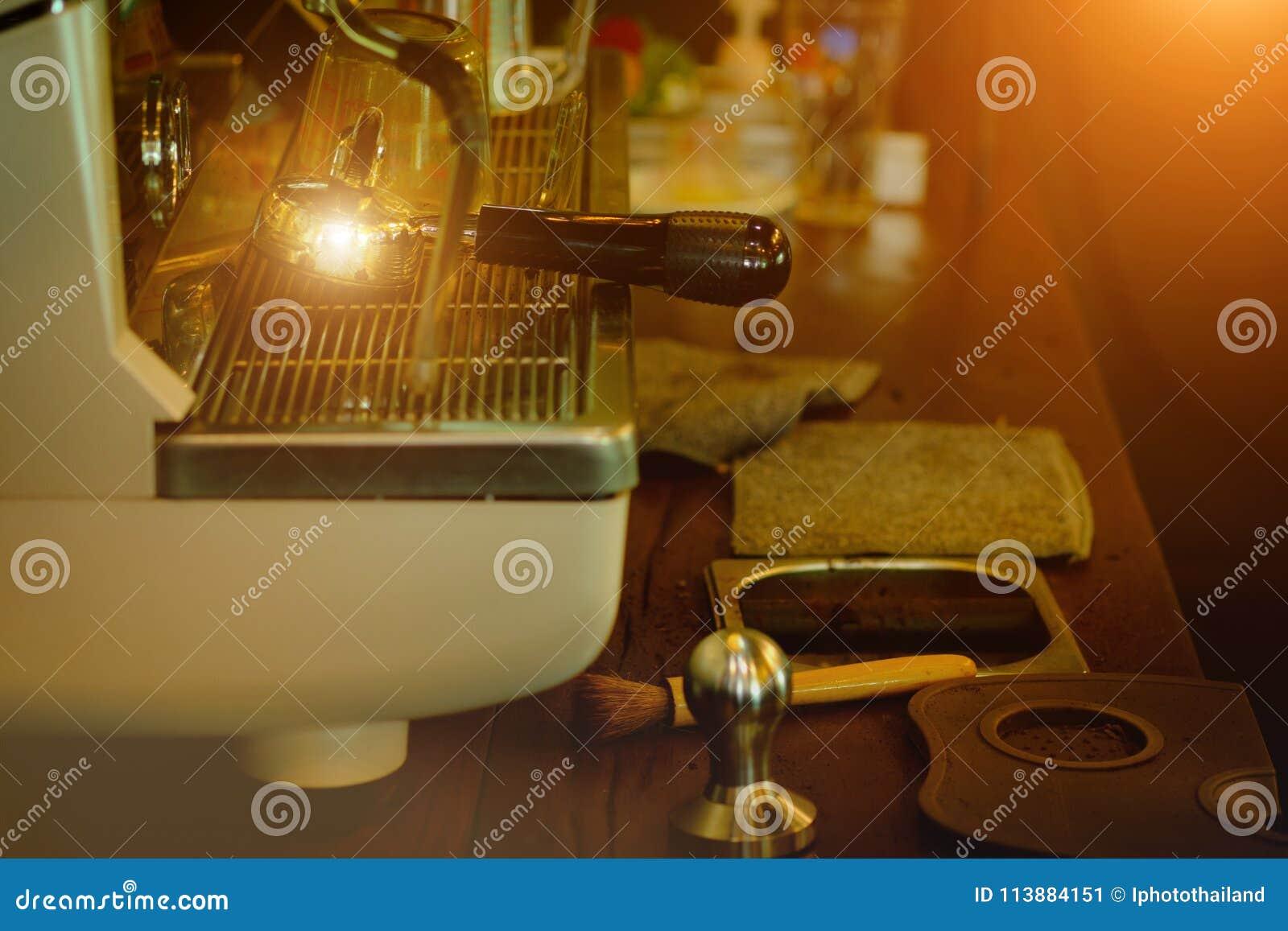 Máquina do café com efeito da luz do ouro