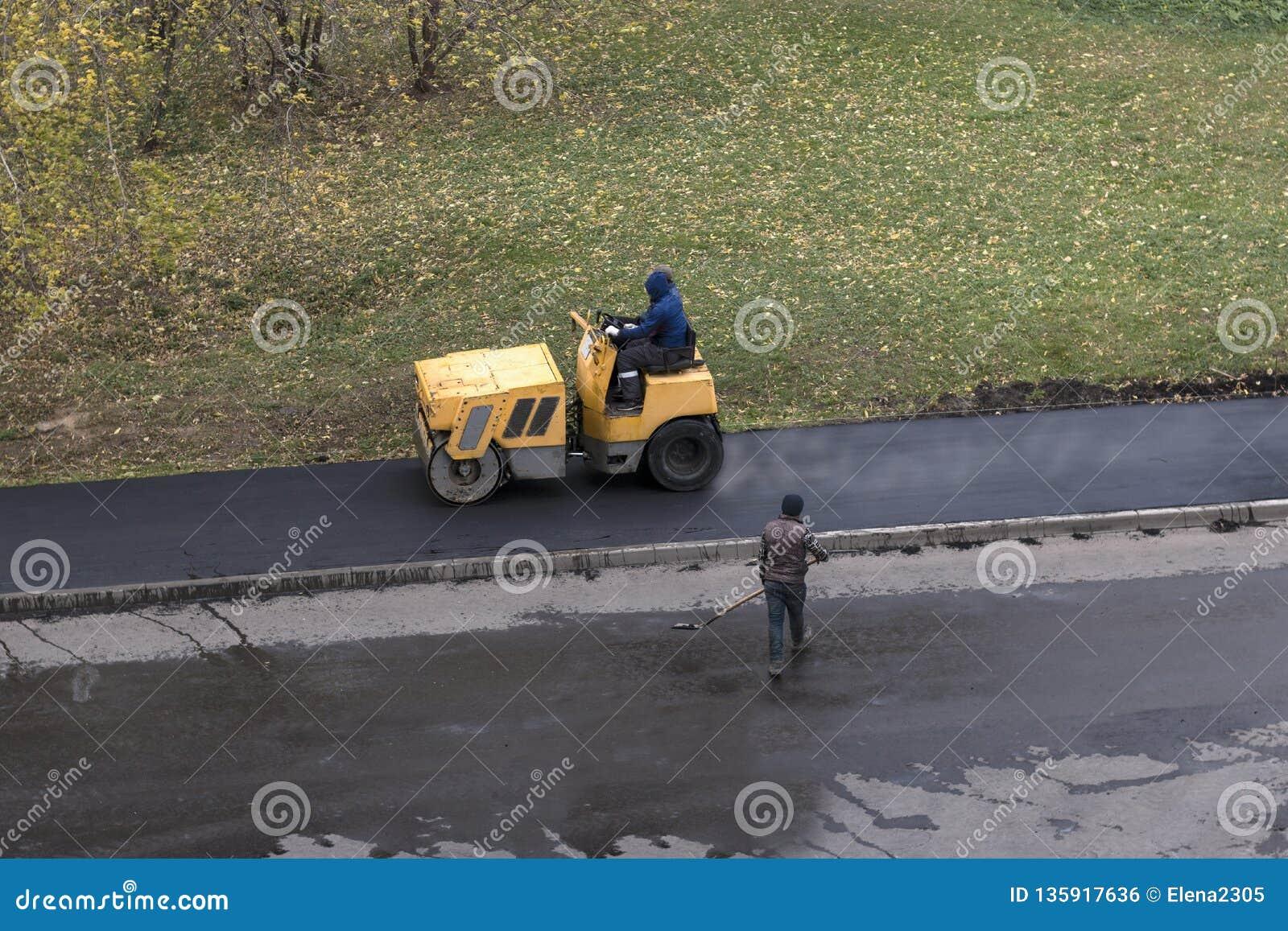Máquina do compressor do rolo de movimentações do trabalhador de construção de estradas