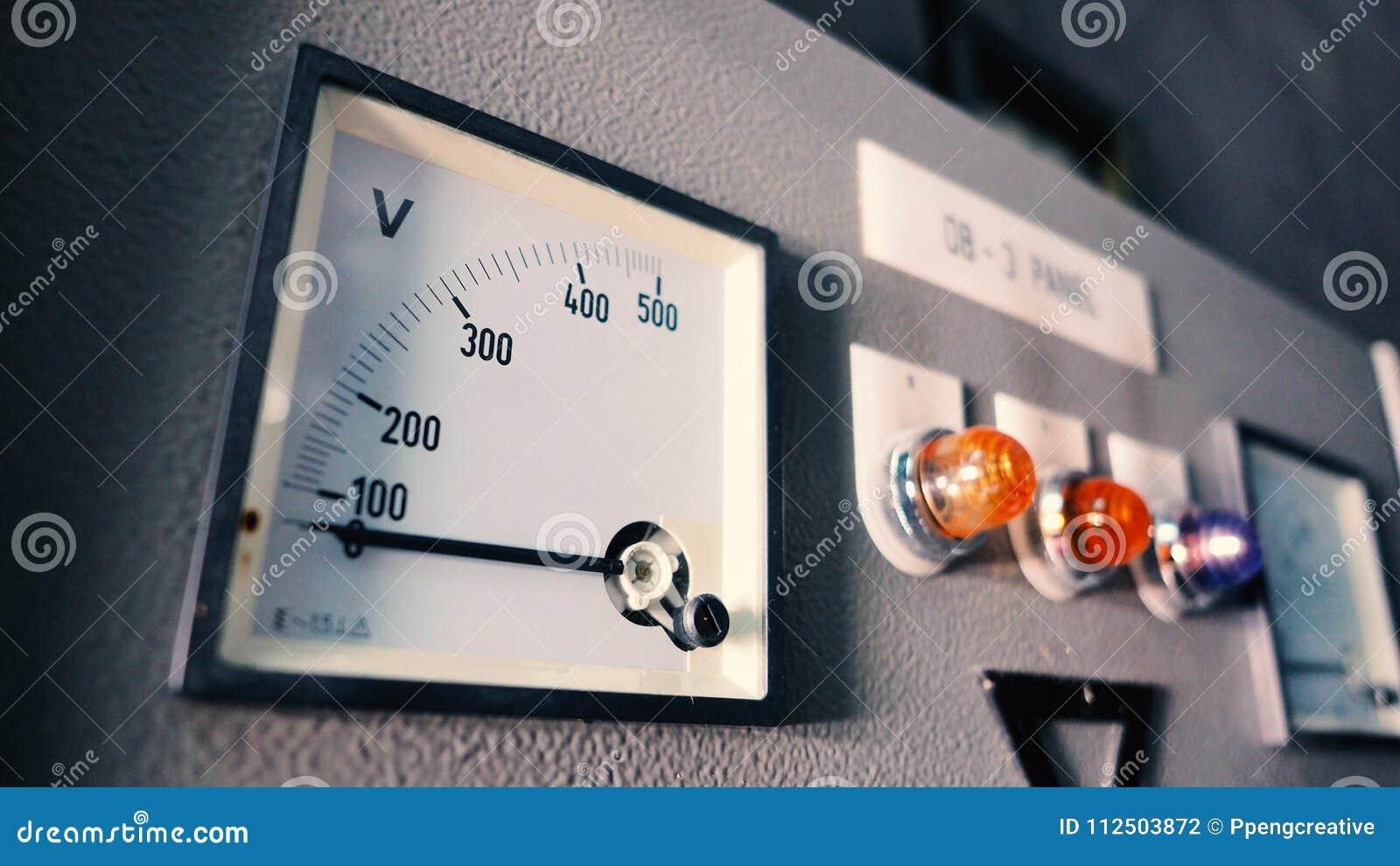 Máquina eléctrica del voltímetro y del amperímetro