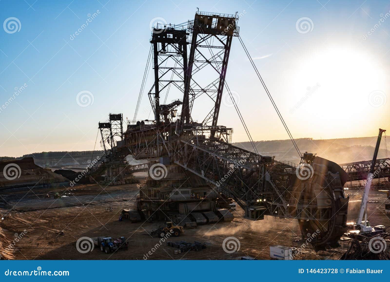 Máquina escavadora carbonosa