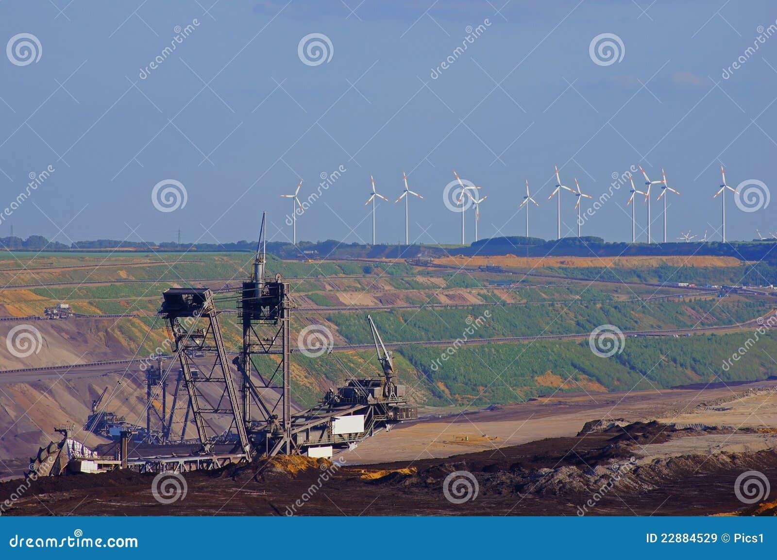Máquina escavadora da cubeta na mineração do lignite