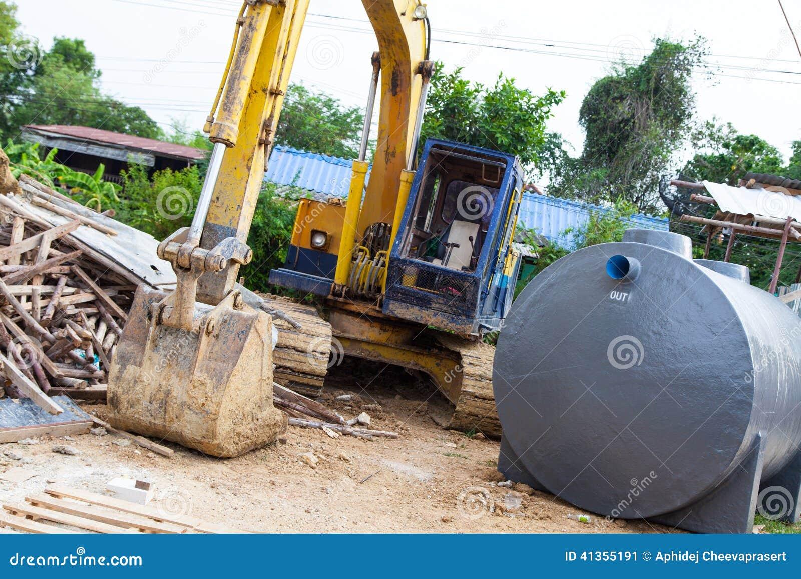 Máquina escavadora de tamanho médio com o tanque do tratamento de águas residuais
