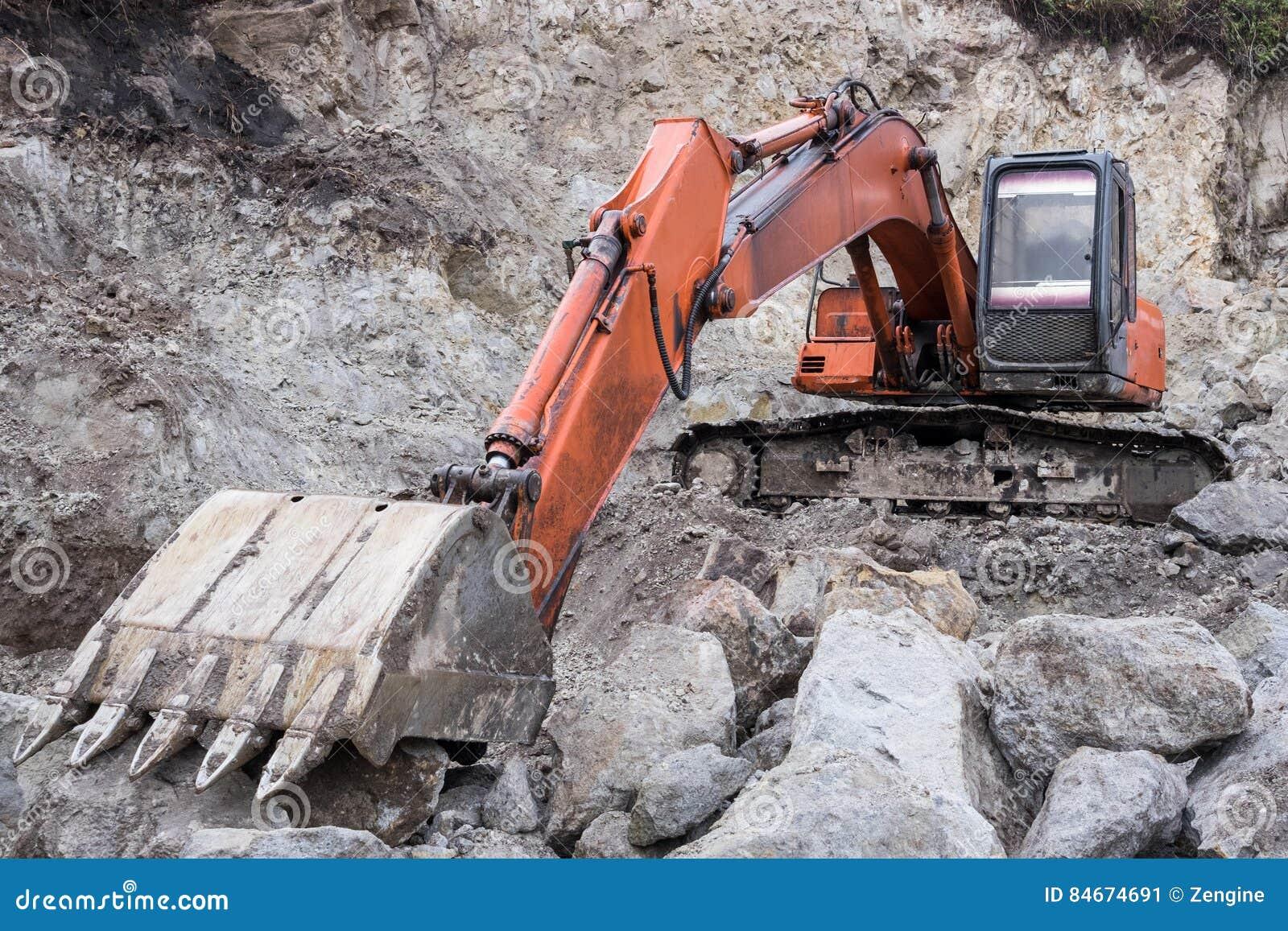 Máquina escavadora na pedreira