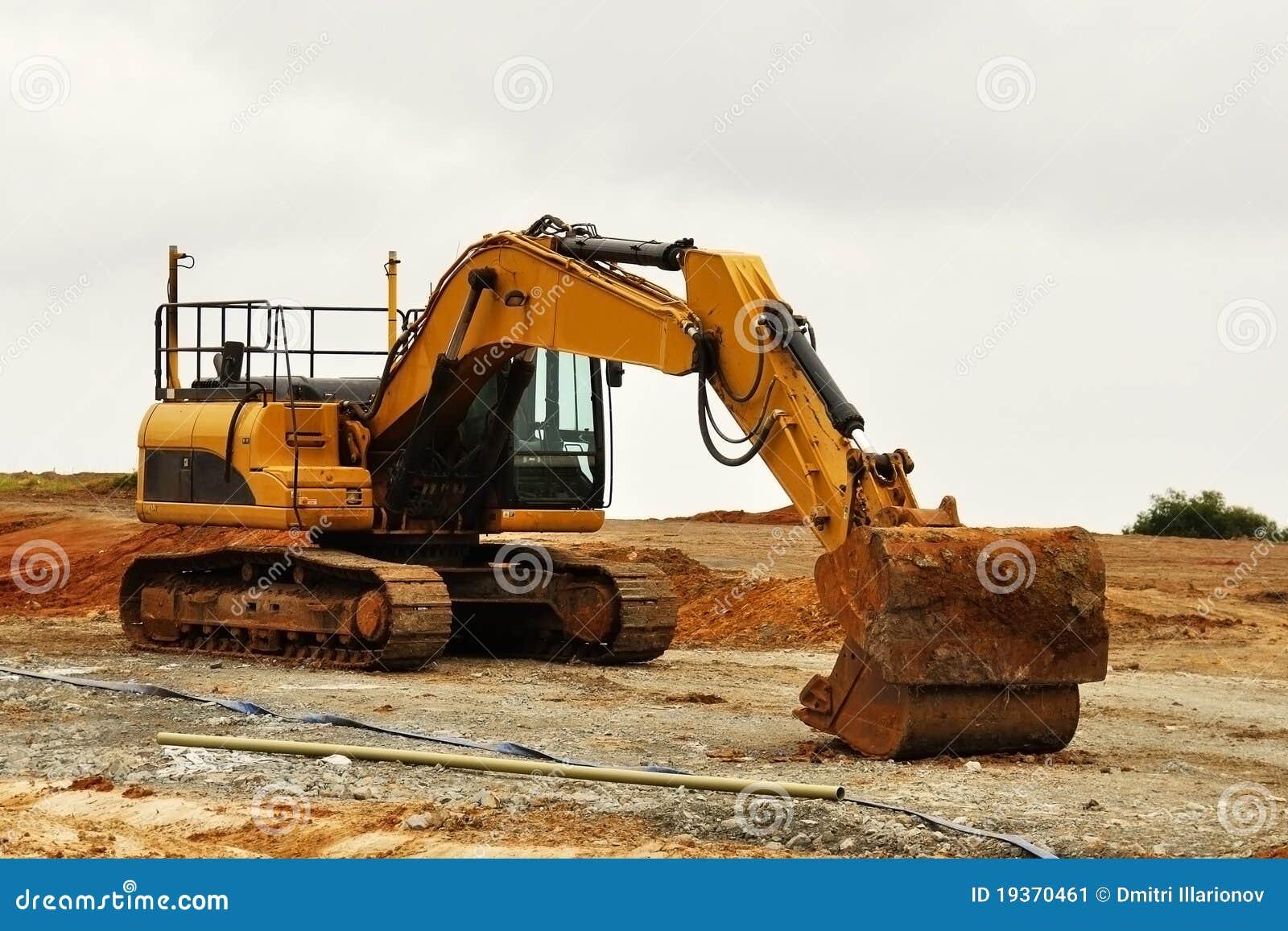 Máquina escavadora no solo vermelho