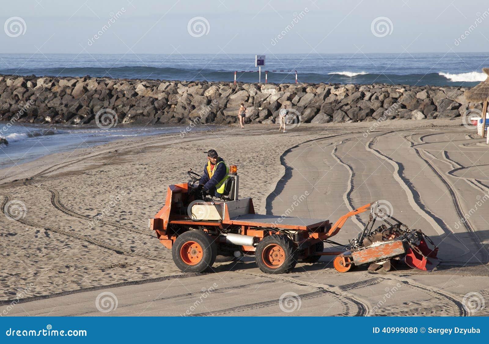 A máquina especial peneira a areia na praia
