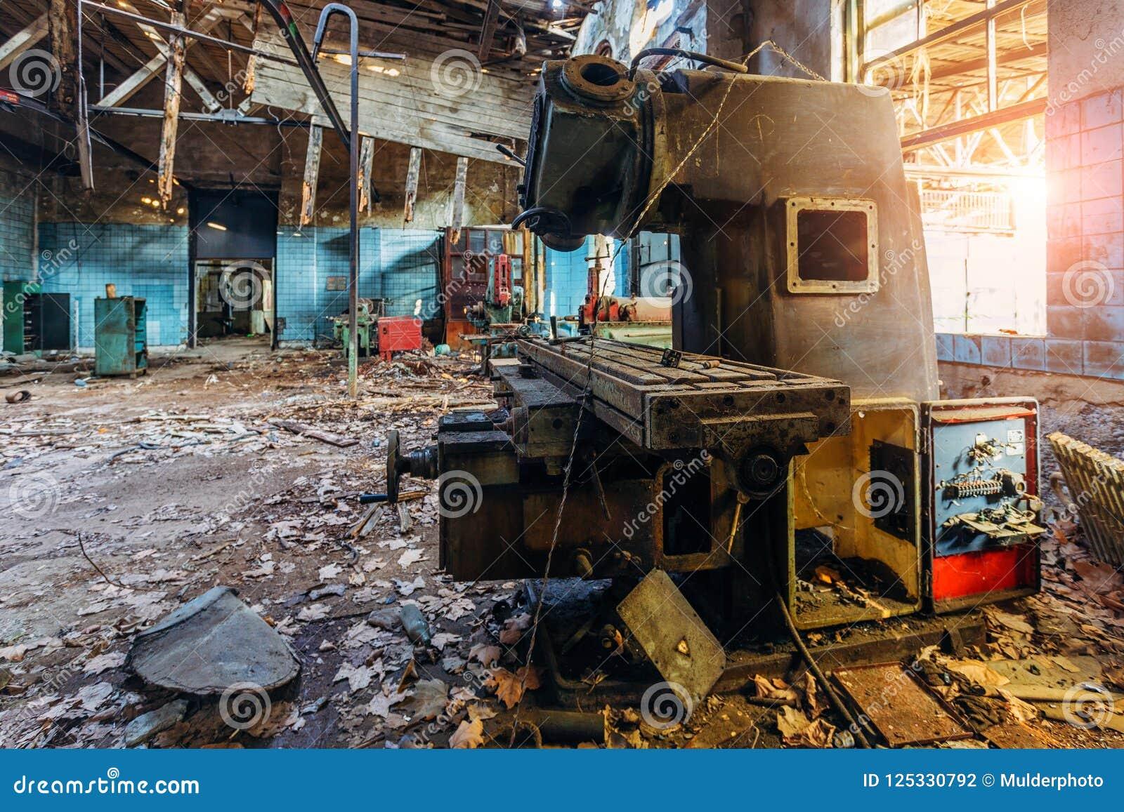 Máquina ferramenta industriais velhas na oficina Equipamento oxidado do metal na fábrica abandonada