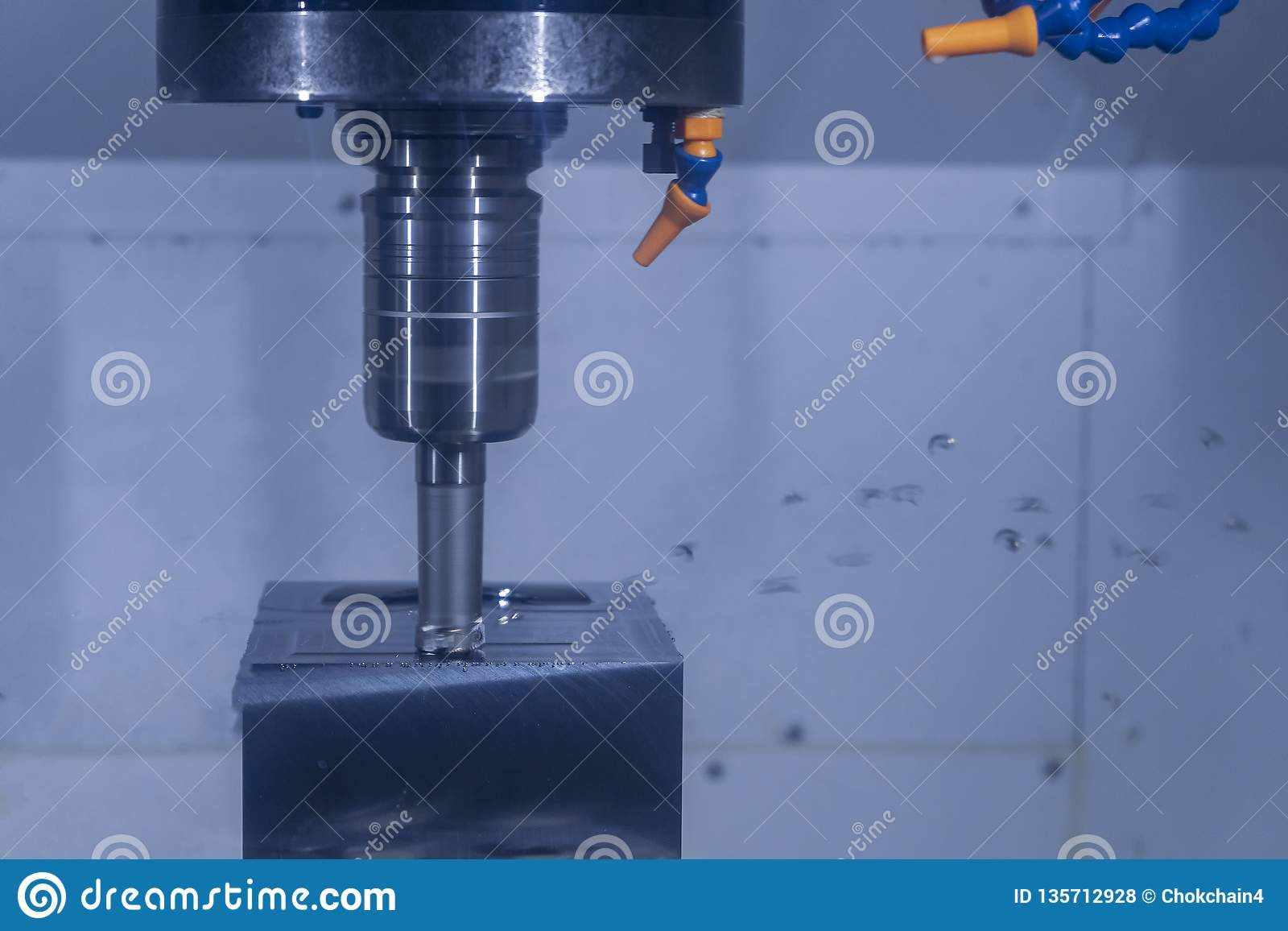 Máquina-ferramenta que corta a matéria prima na fábrica