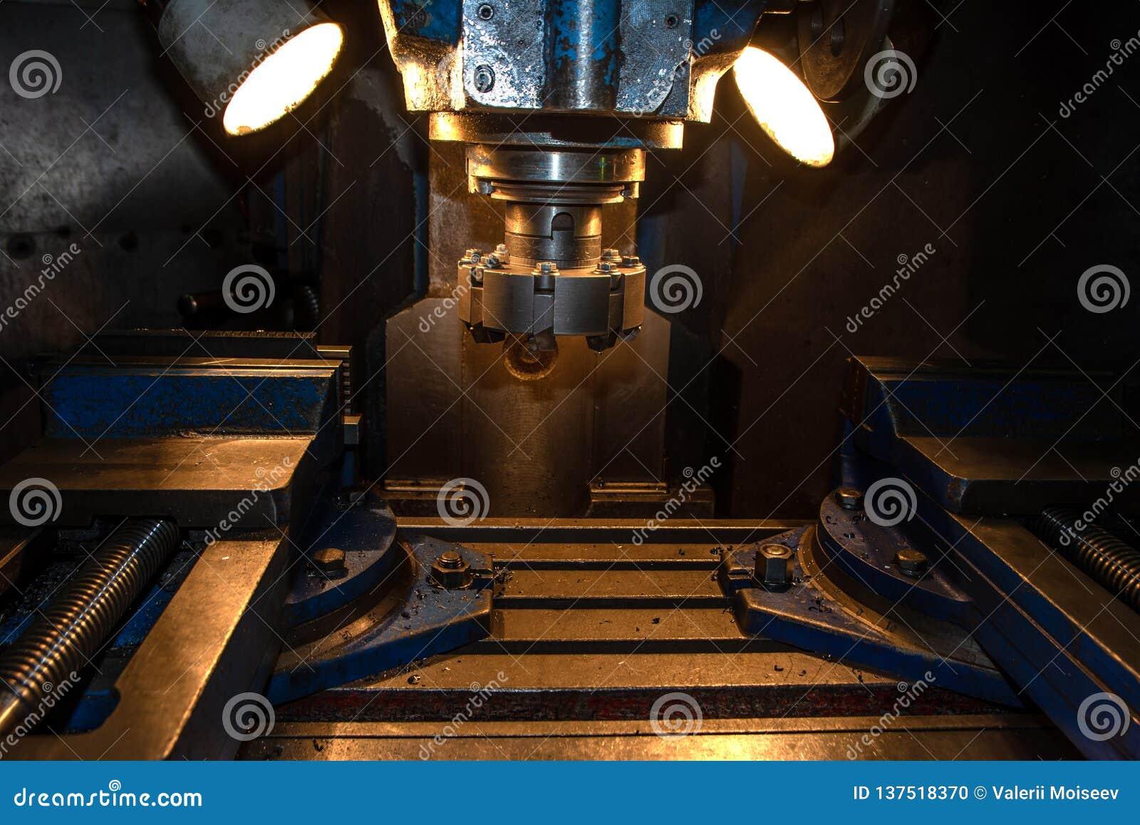 Máquina-instrumento do close up na fábrica do metal com as máquinas industriais do cnc da perfuração