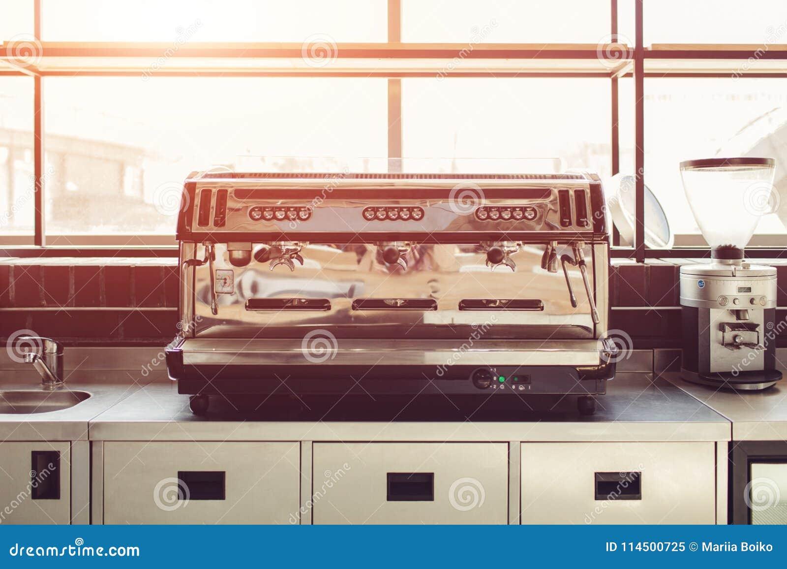 Máquina profissional do café na cozinha do restaurante Equipamento e dispositivos modernos