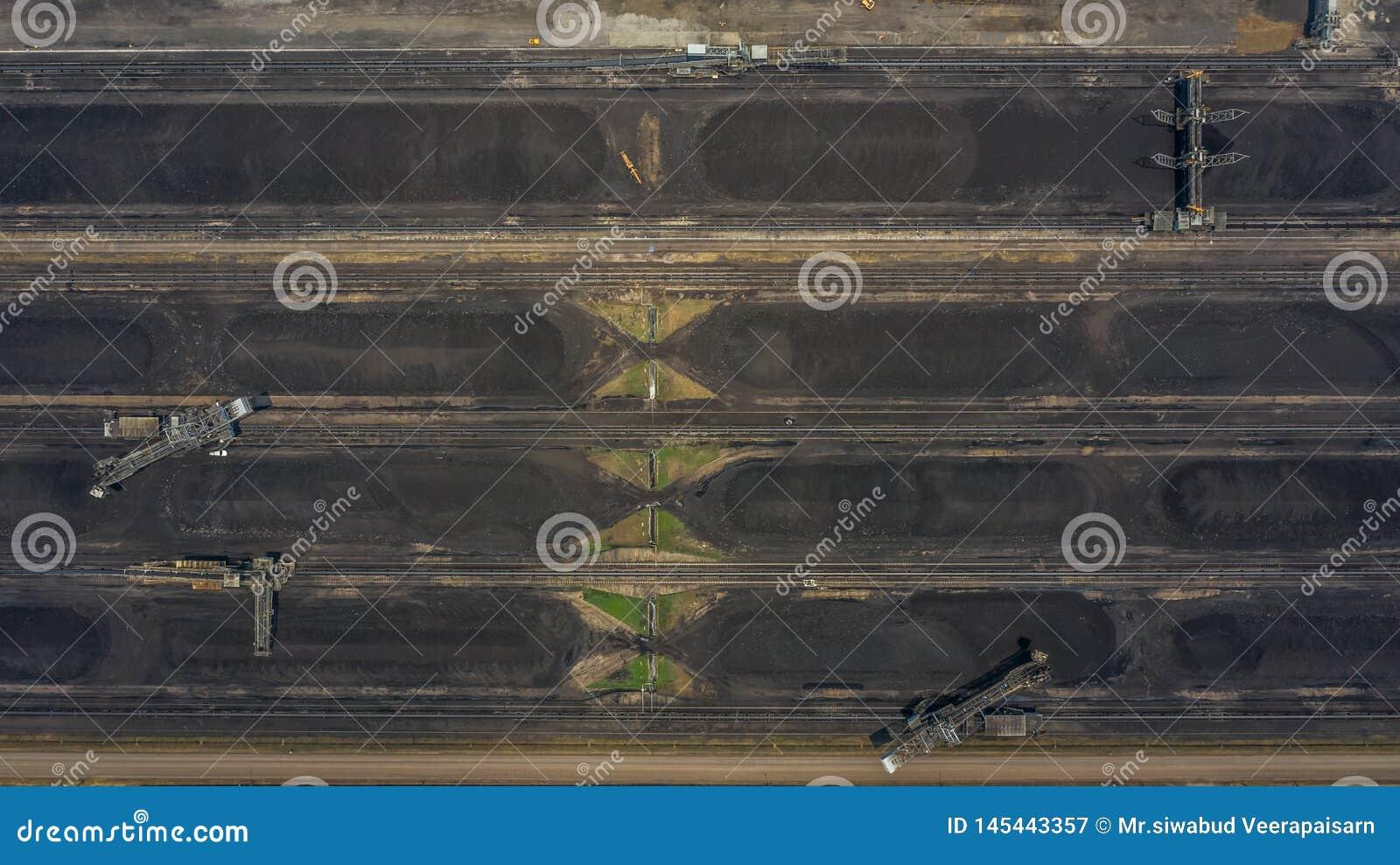 Máquinas escavadoras de roda de cubeta da vista aérea grandes em uma mina do lignite