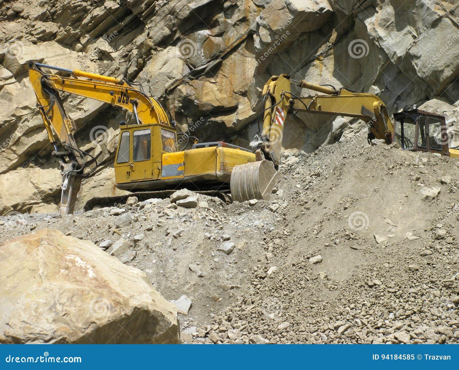 Máquinas industriales que cavan en la montaña