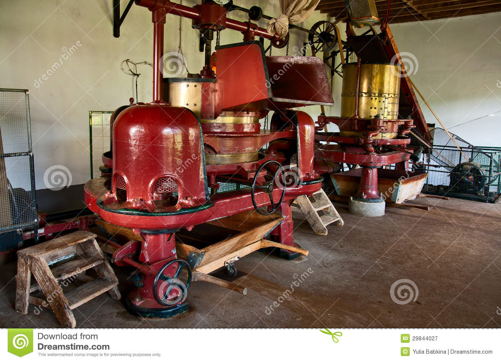 Máquina velha na fábrica pequena do chá