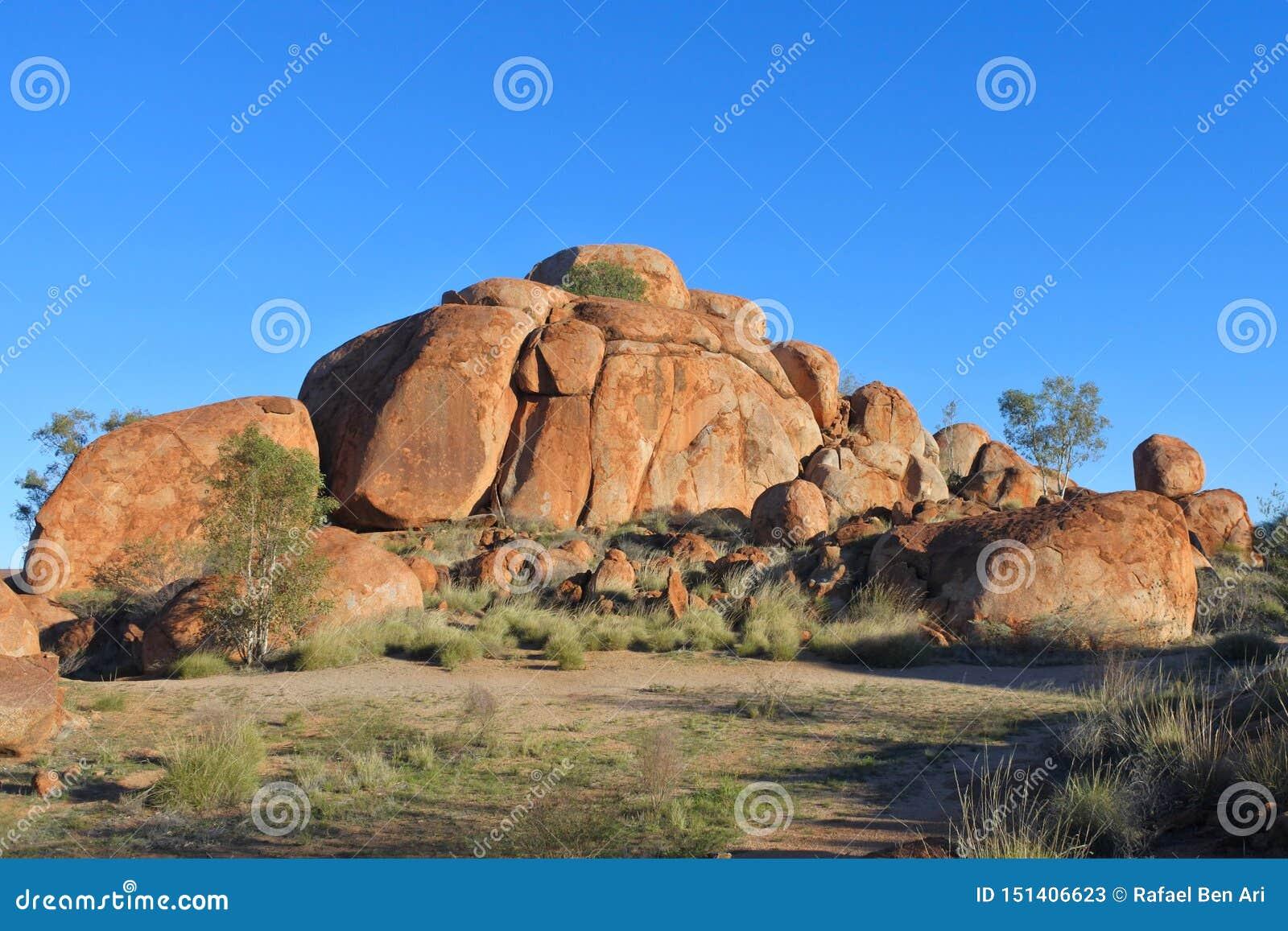 Mármores Karlu Karlu dos diabos no Território do Norte, Austrália