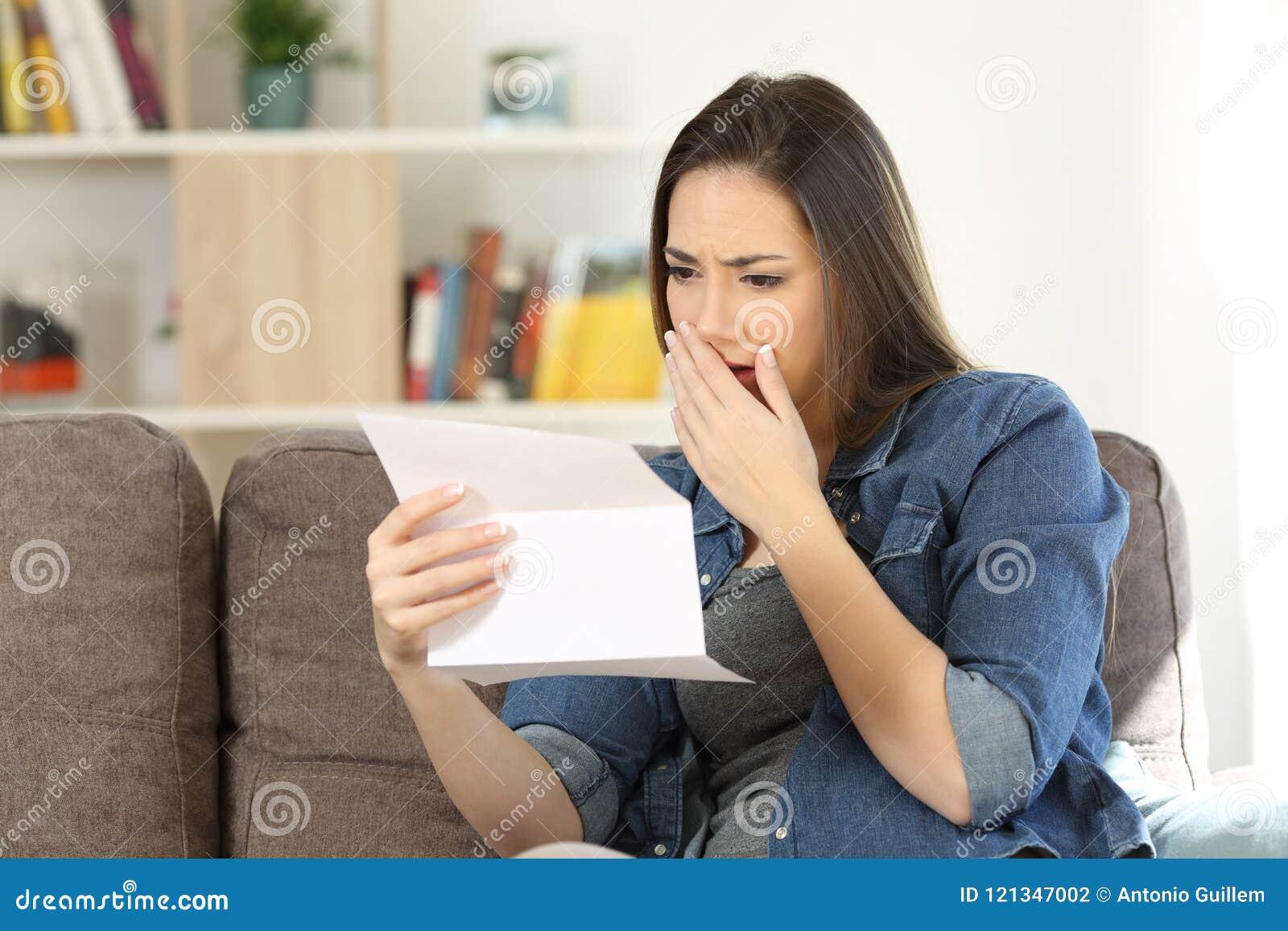 Más notícias tristes da leitura da mulher em uma letra de papel