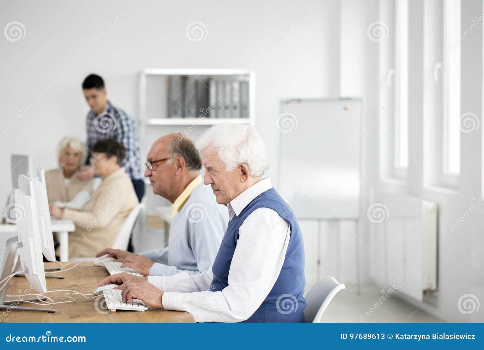 Más viejos hombres que usan los ordenadores