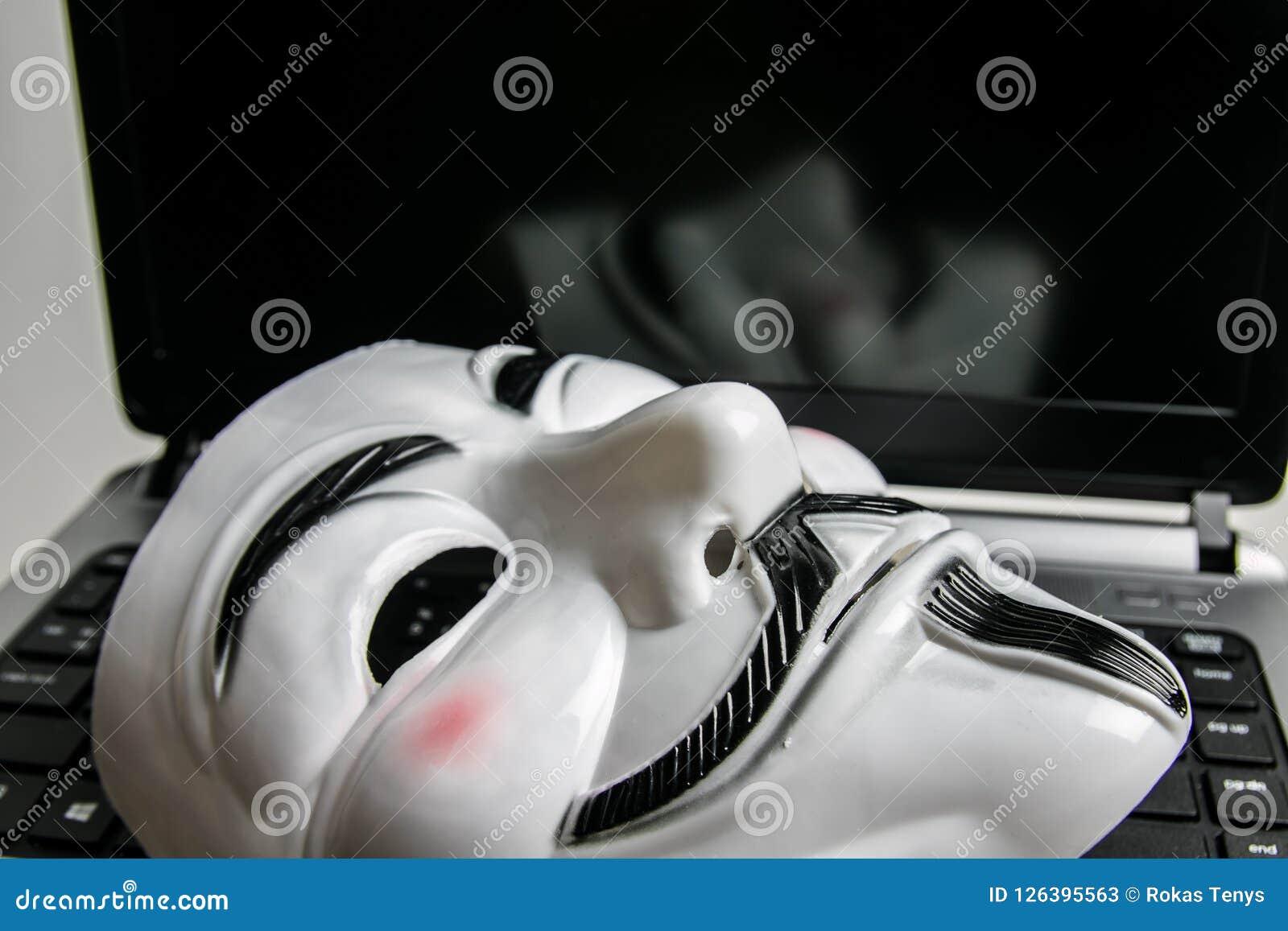 Máscara anônima no teclado