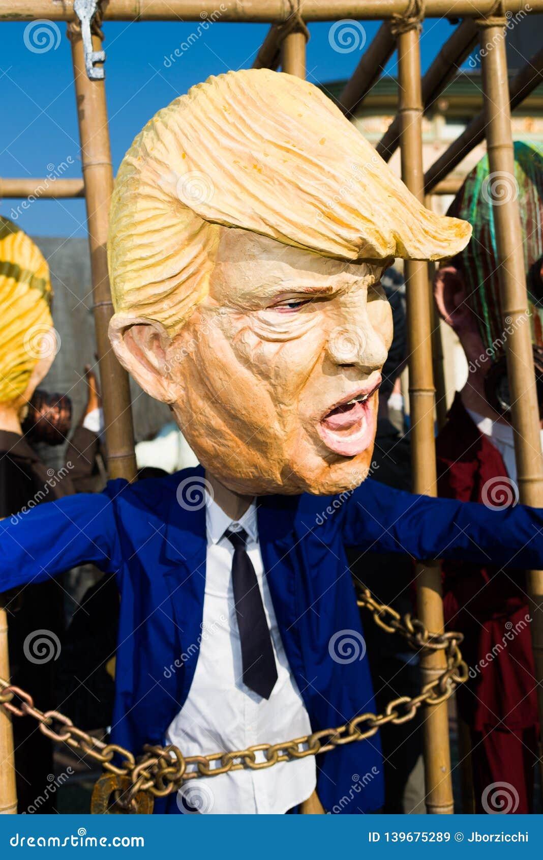 Máscara de Donald Trump en el carnaval del viareggio