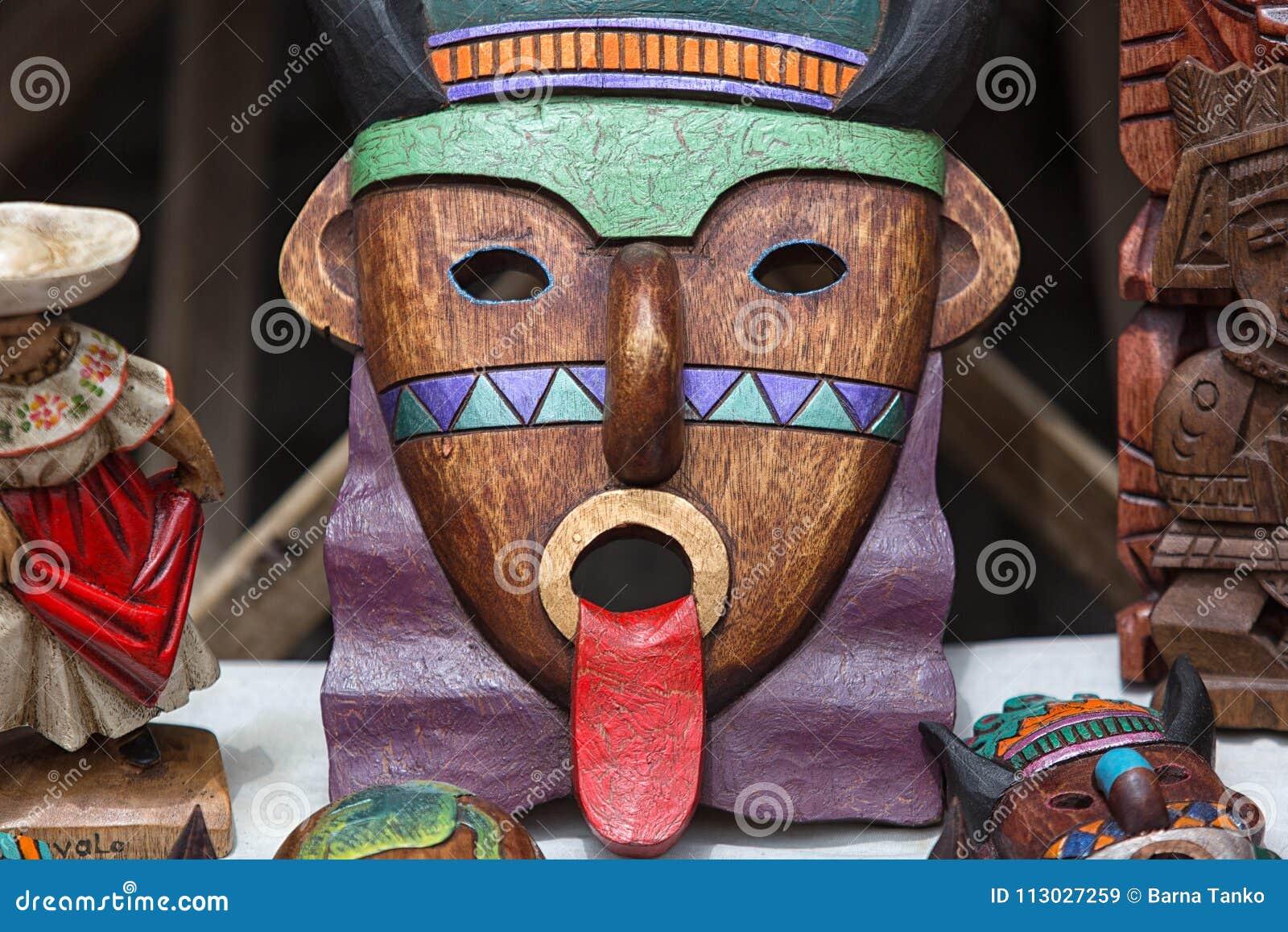 Máscara de madera colorida indígena