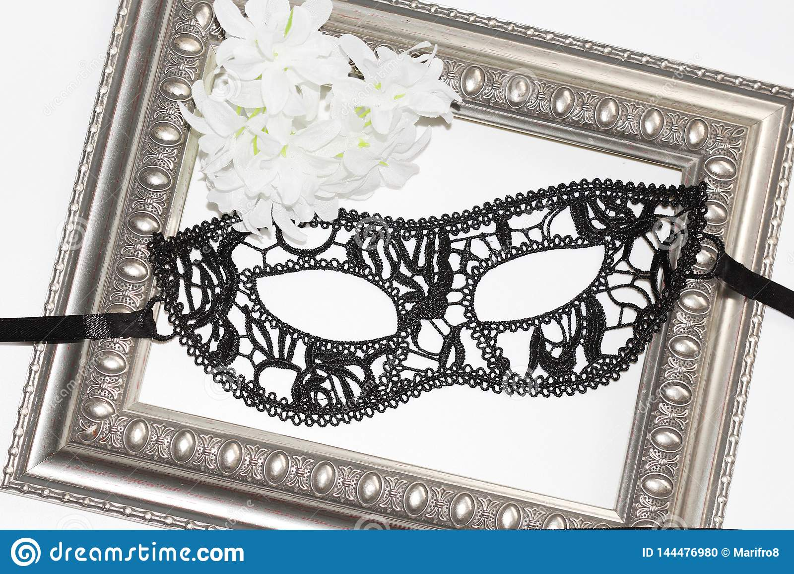 Máscara de olho preta do laço, quadro do vintage e flores brancas
