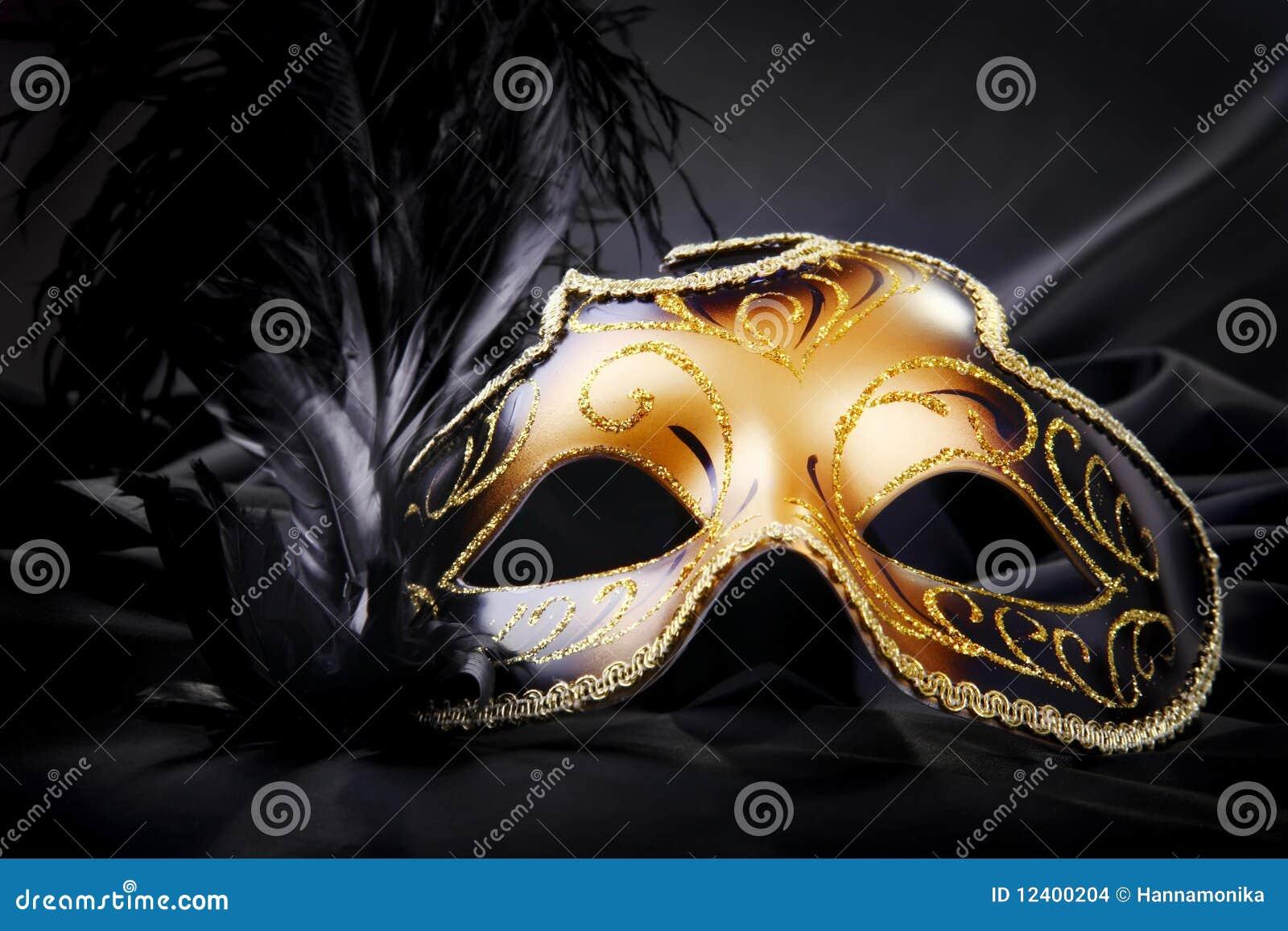 Máscara del carnaval en fondo de seda negro