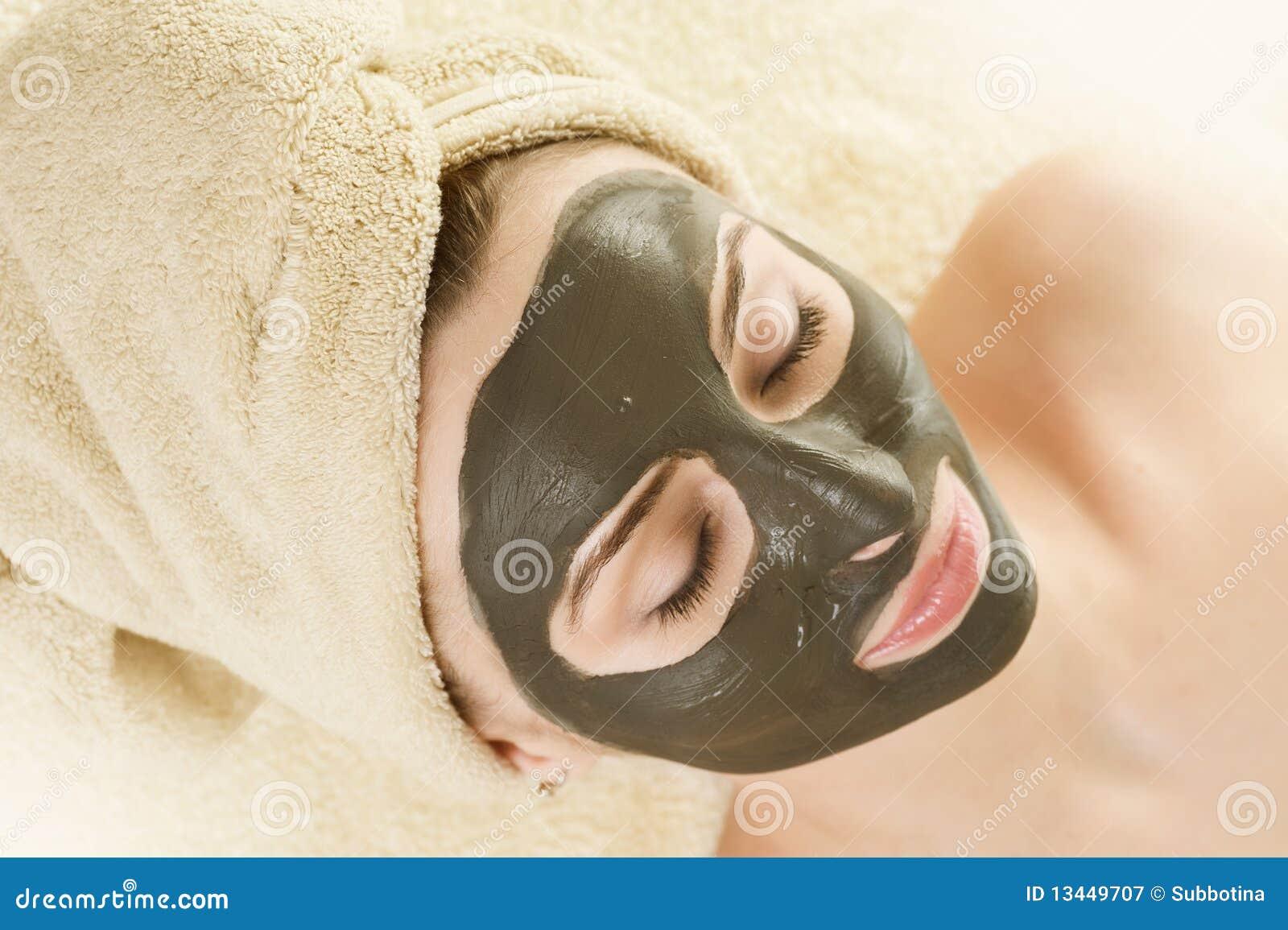 Máscara del fango en la cara. Balneario.