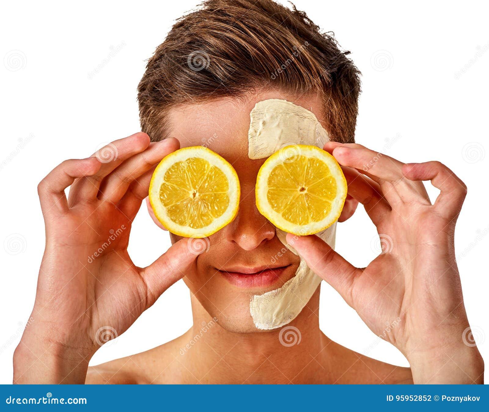 Máscara facial do homem dos frutos e da argila Lama da cara aplicada