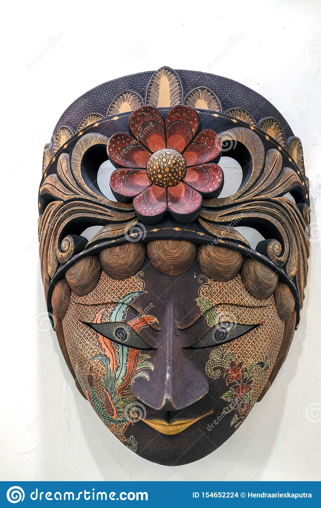 Máscara Javanese del batik hecha de la madera en un fondo blanco