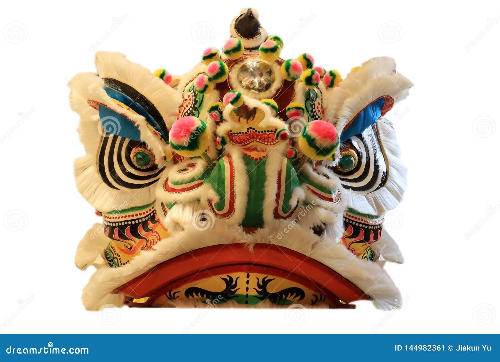 Máscara principal china de la danza de león aislada en el fondo blanco, estilo chino amarillo