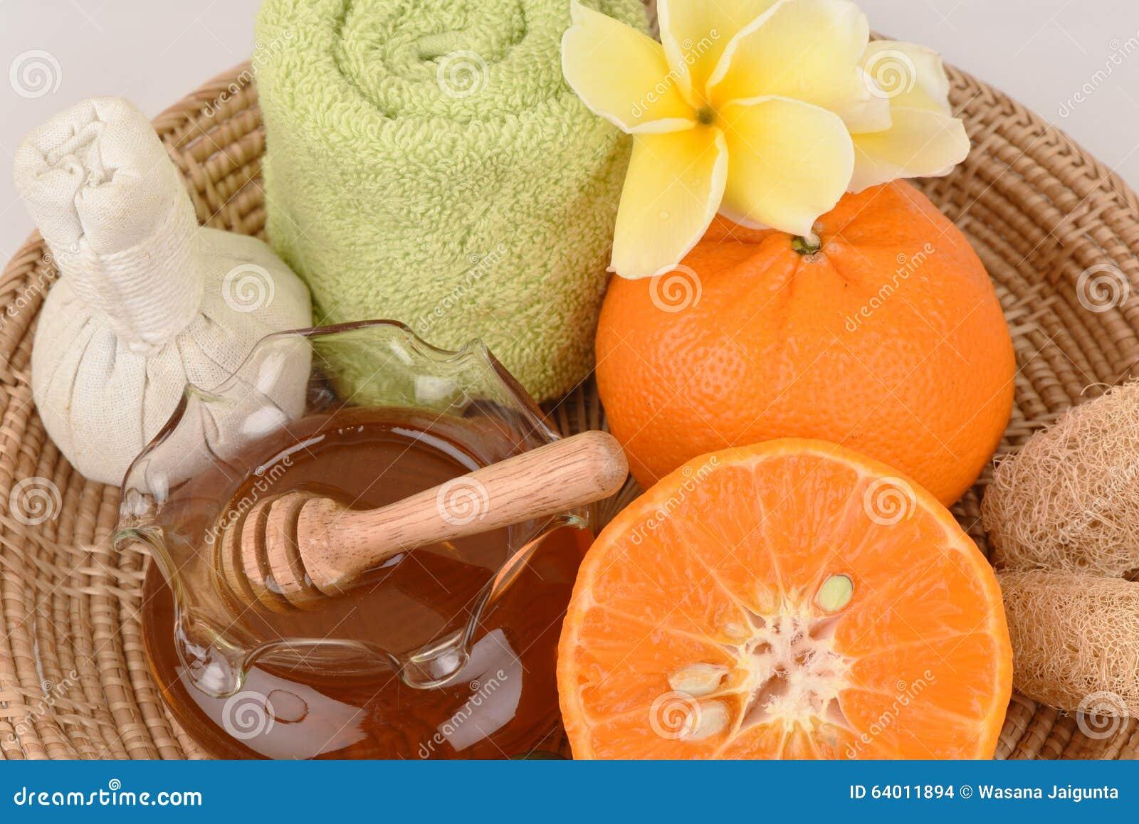 Máscara protetora com a laranja e o mel para alisar clarear a pele e a acne faciais