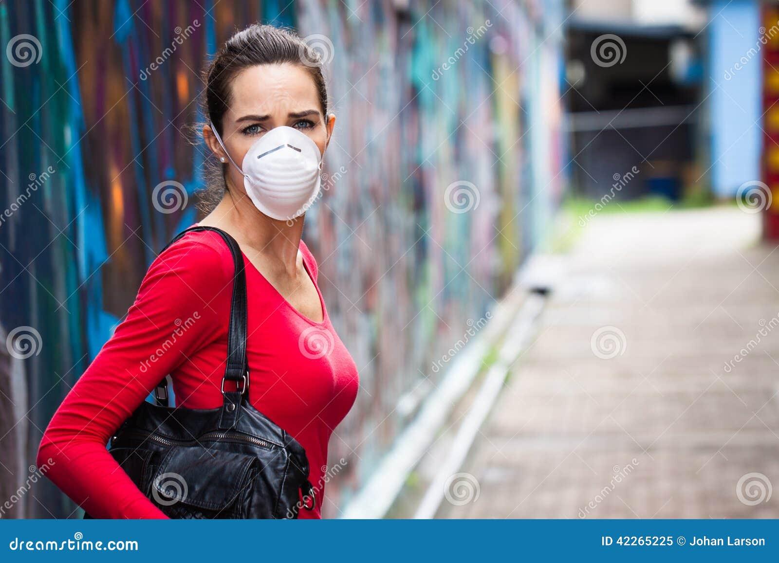 Máscara protetora vestindo da mulher infeliz