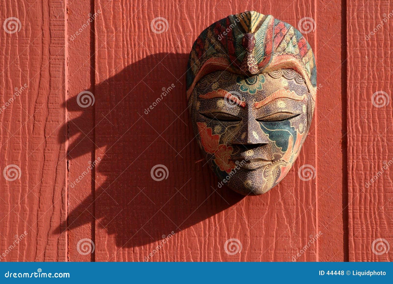 Máscara tradicional no vermelho