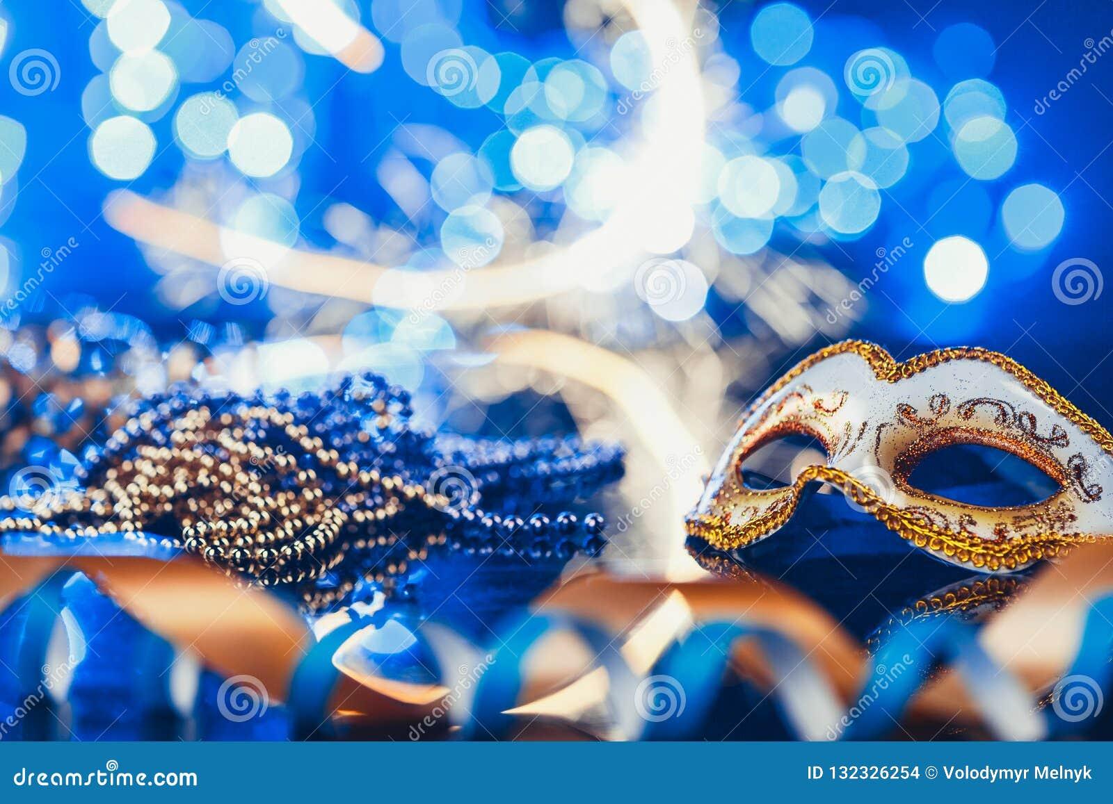 Máscara venetian do carnaval fêmea tradicional no fundo do bokeh Disfarce, Veneza, Mardi Gras, conceito de Brasil