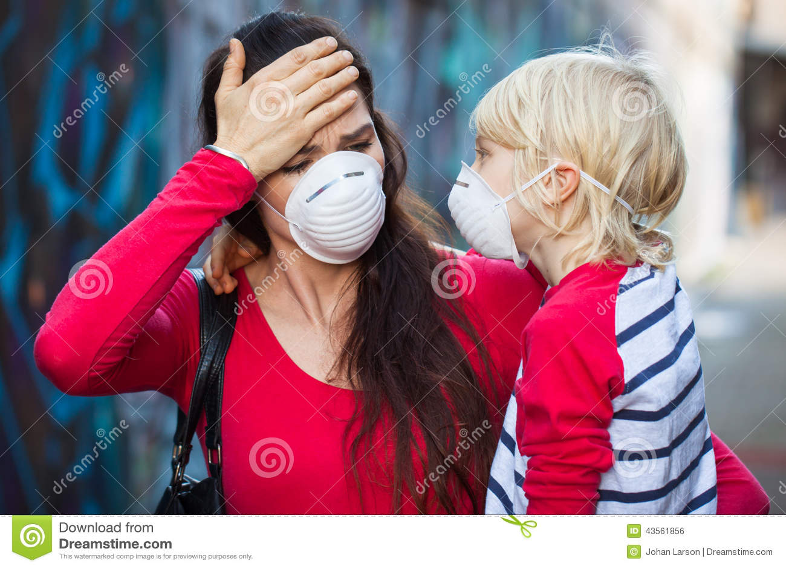 Máscaraes protetoras vestindo da mulher e do filho