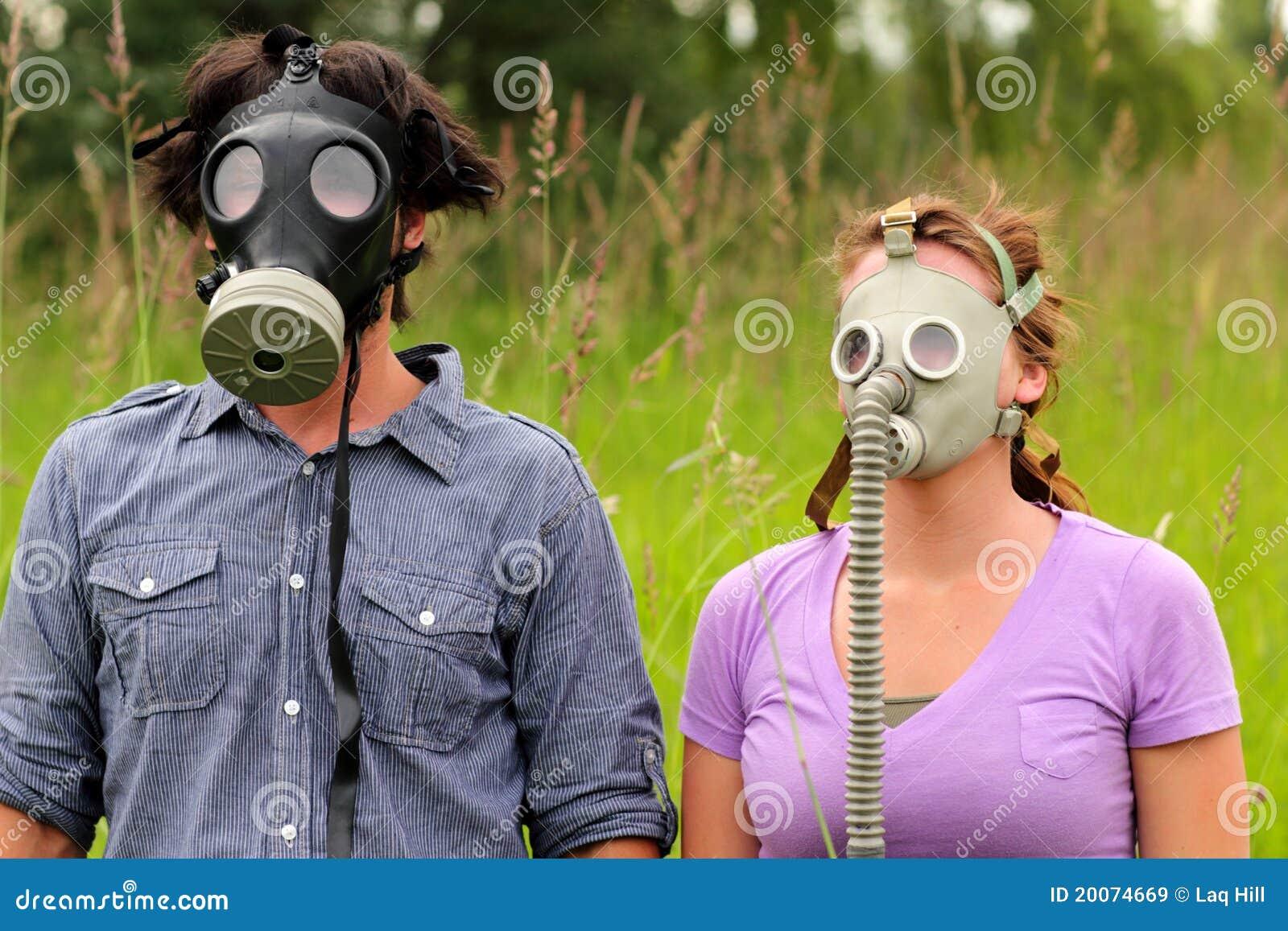 Máscaras de gás desgastando dos pares novos
