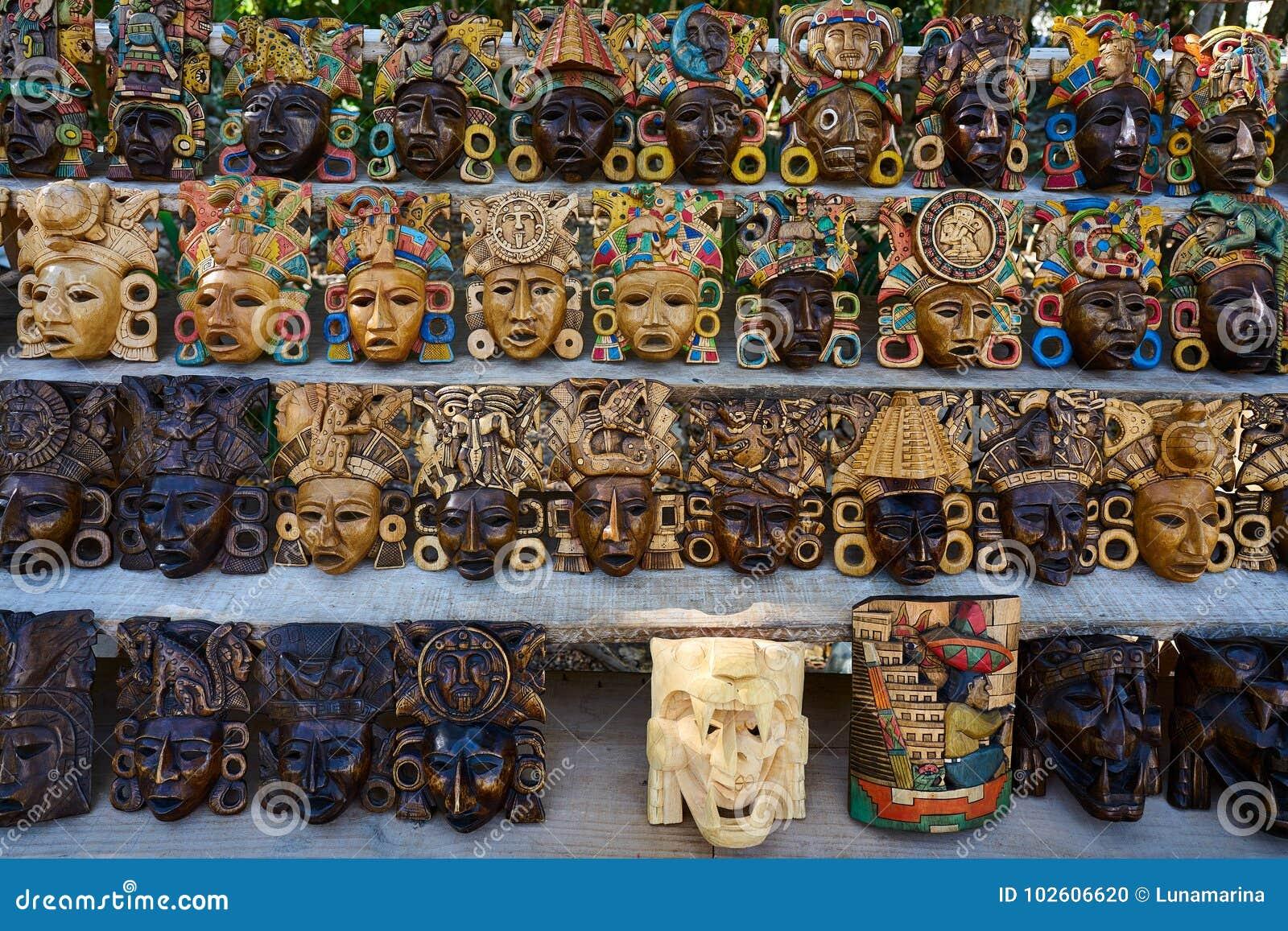 Máscaras Mayas De Madera De Las Artesanías Del Itza De Chichen Foto