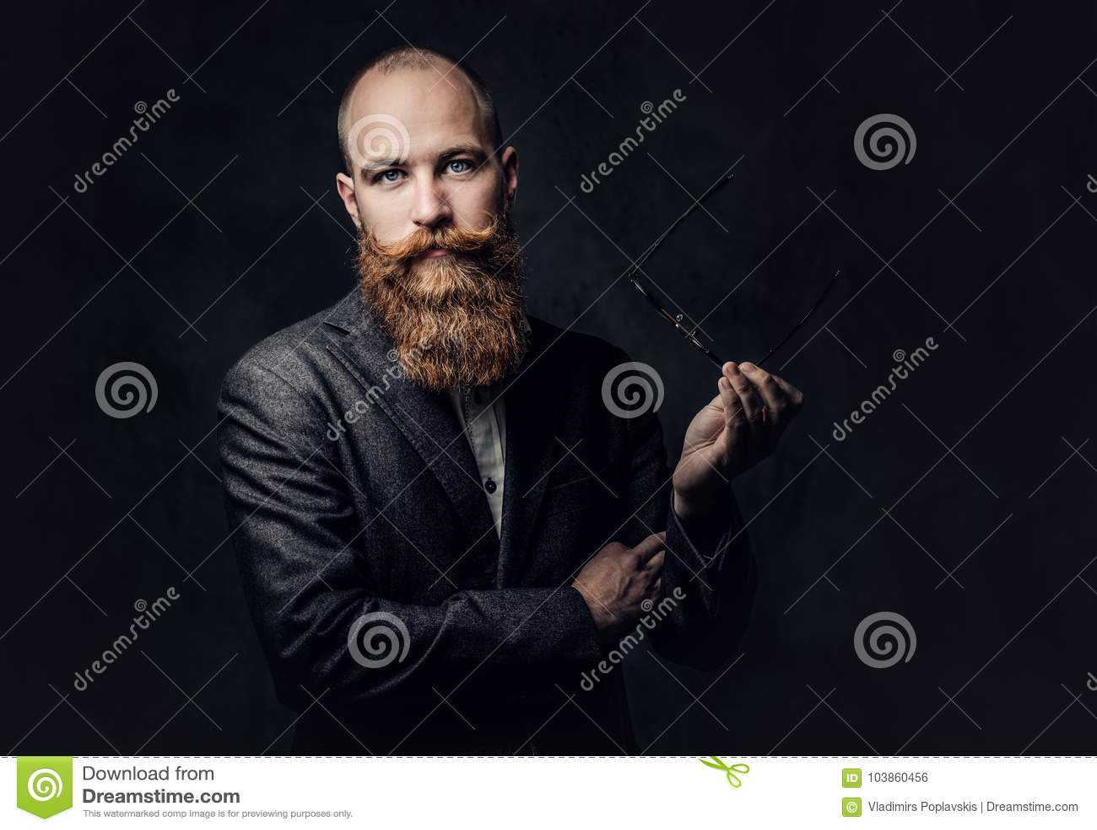 Mâle barbu roux dans un costume