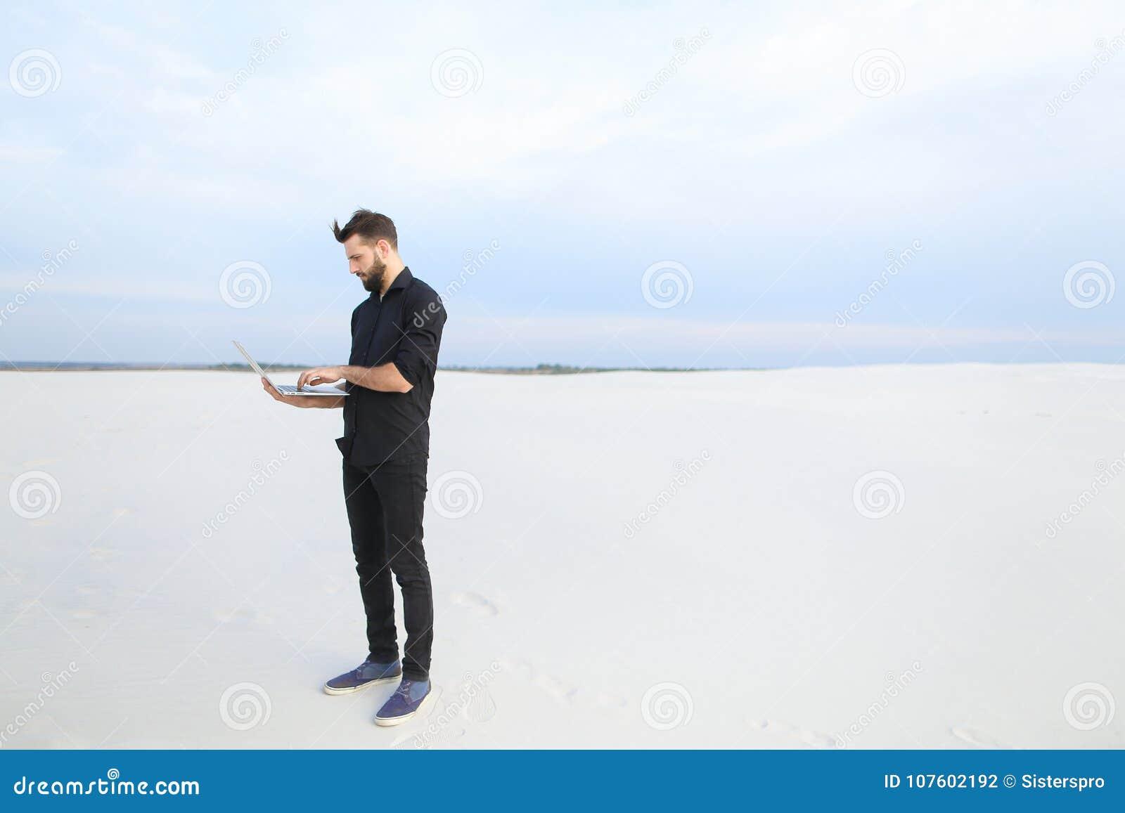 Mâle d auteur avec l inspiration de recherche d ordinateur portable au bord de la mer
