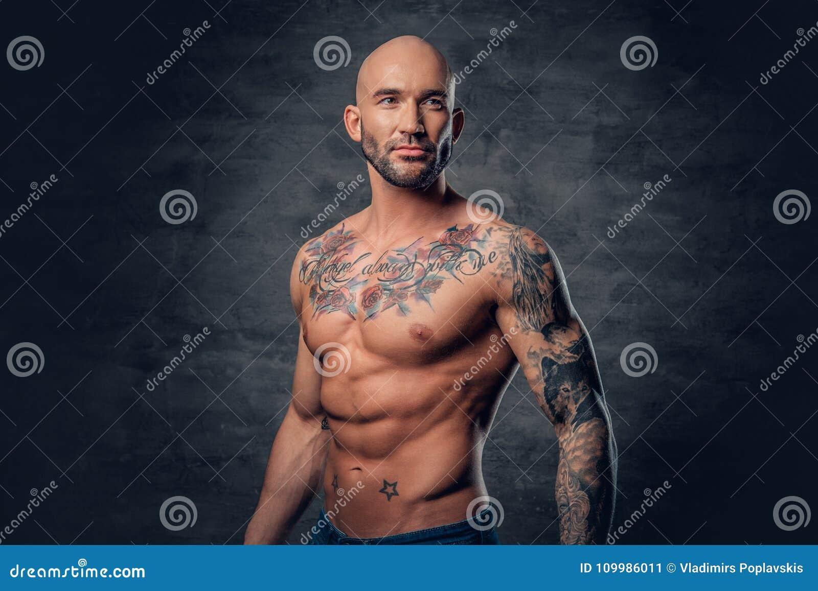 Male Principal Rase Sportif Avec Des Tatouages Sur Son Torse Posant