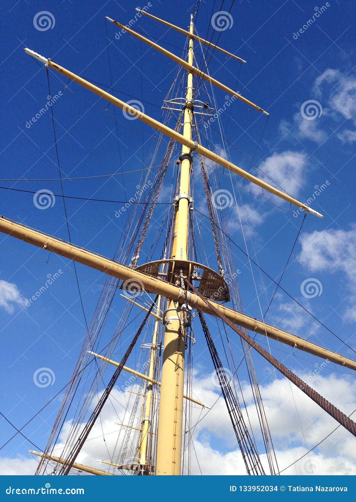 Mât du bateau contre le ciel