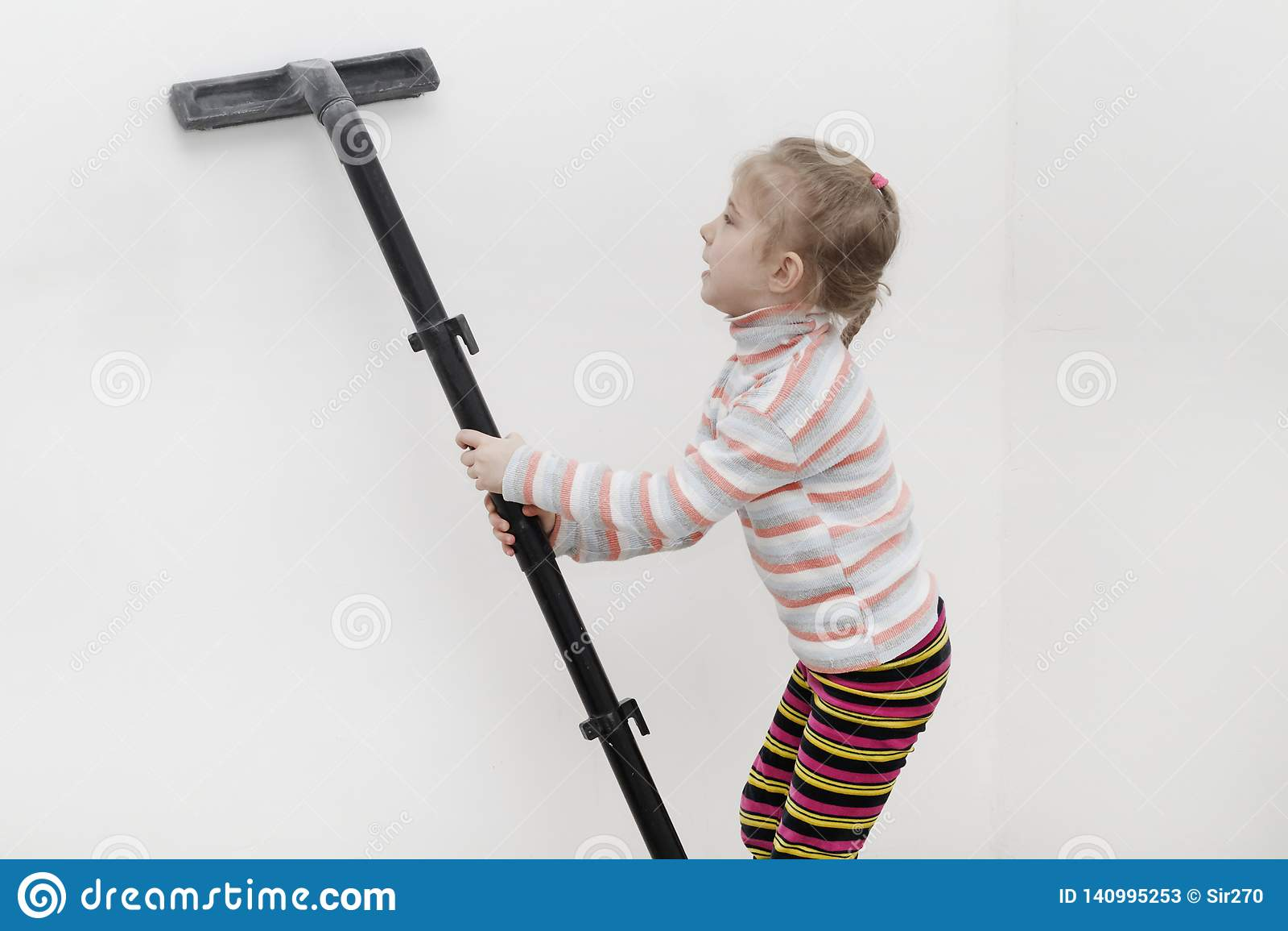 Mädchen mit dem weißen Haar entfernt das Haus nach einer Grundüberholung in den Händen des Staubkollektors