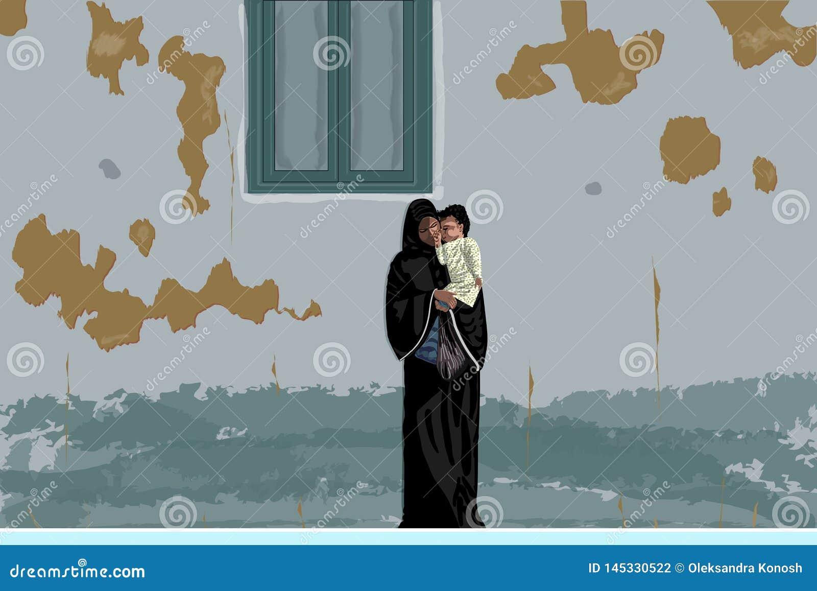 Mãe árabe no abaya preto e hijab com pouco bebê em suas mãos sob a parede gasto, Egito