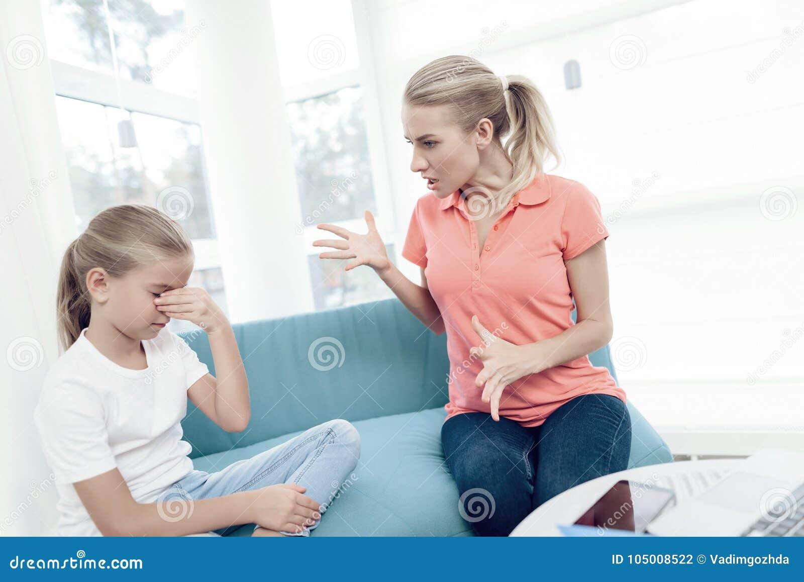 A mãe é apaixonado sobre o trabalho em um portátil As filhas não têm bastante atenção da mãe