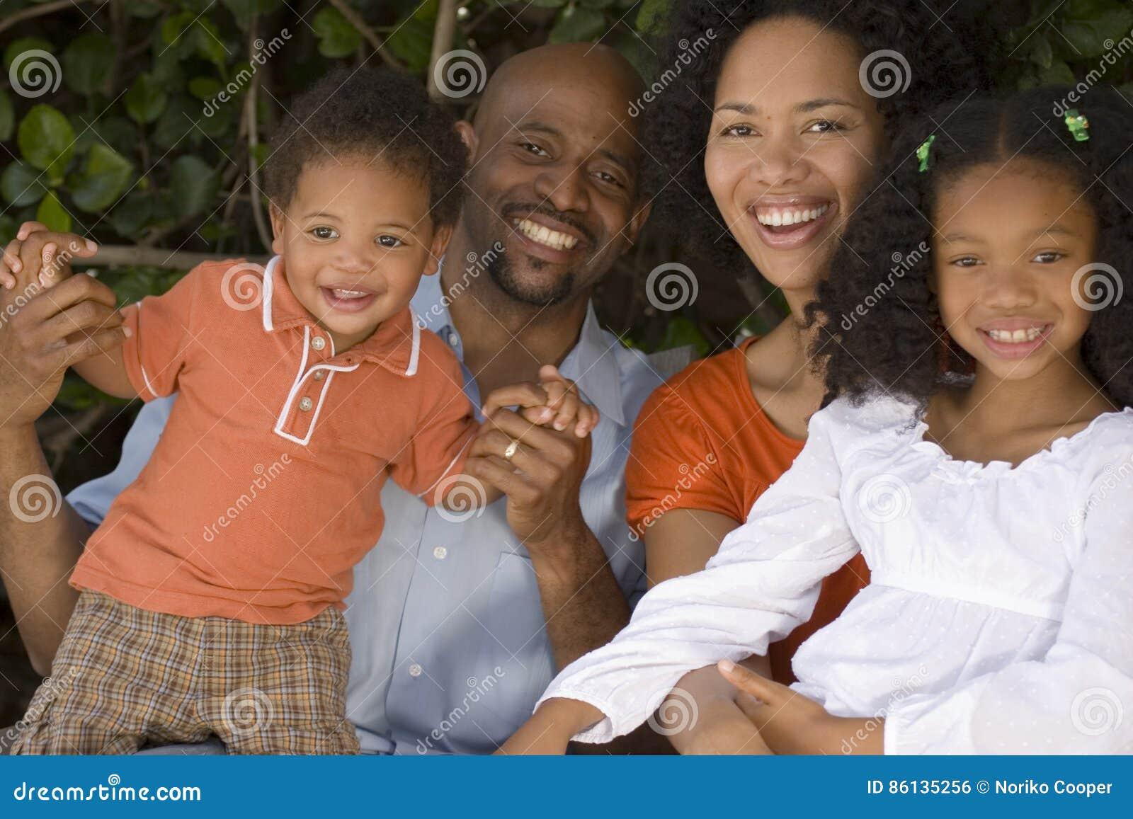 Mãe afro-americano e pai e suas crianças
